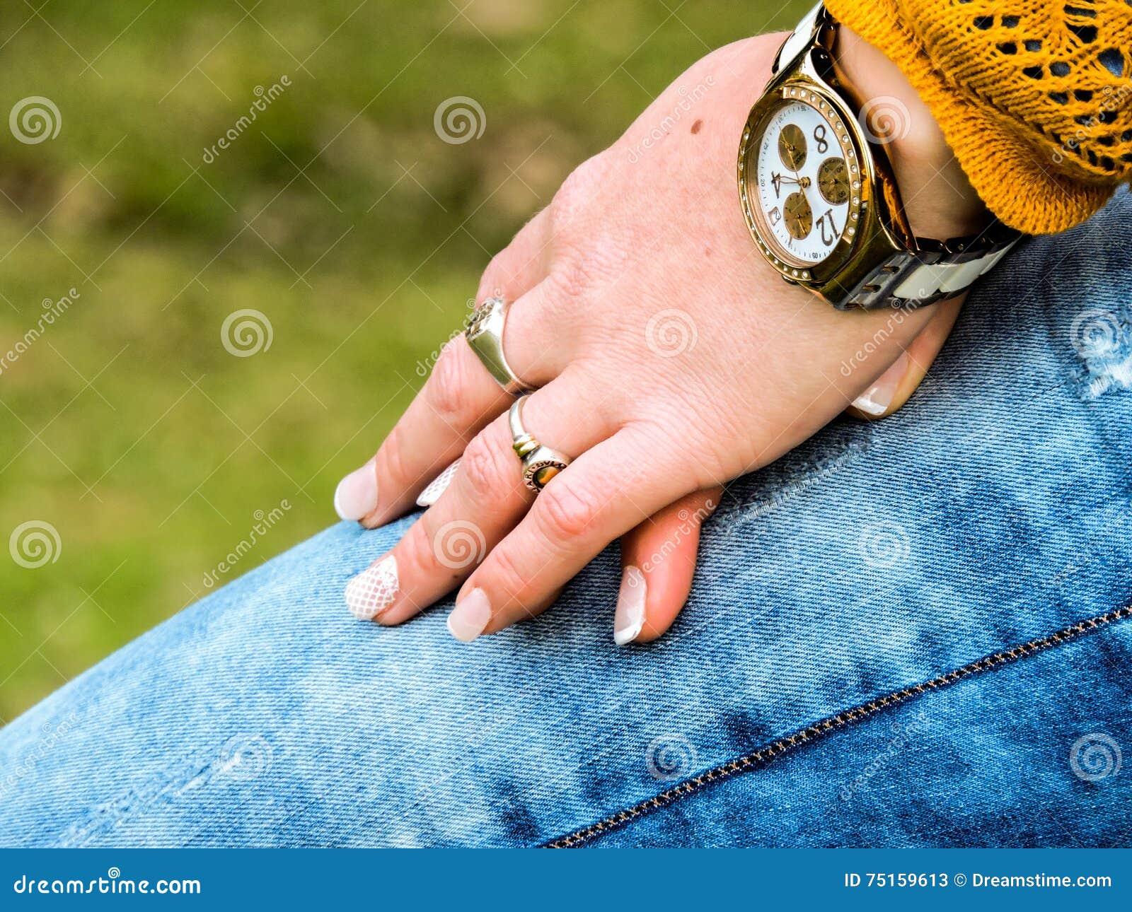 Ręki piękno kobieta w naturze,