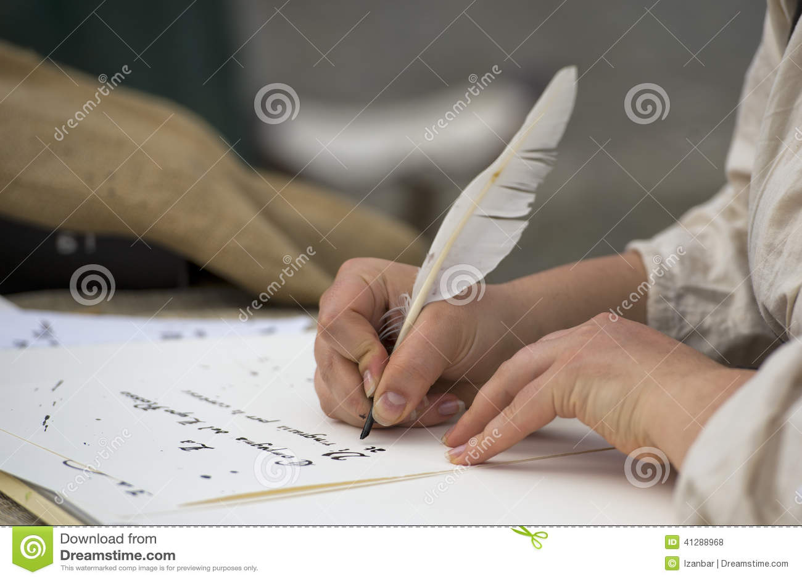 Ręki pisze liście z pióropuszem