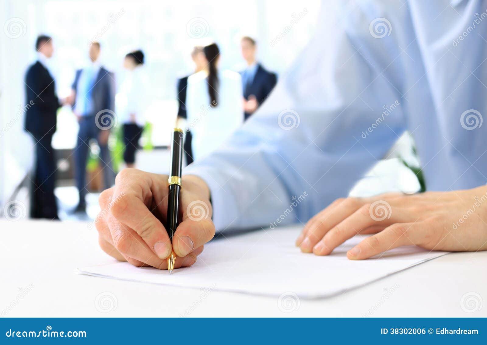 Ręki pisze na papierze
