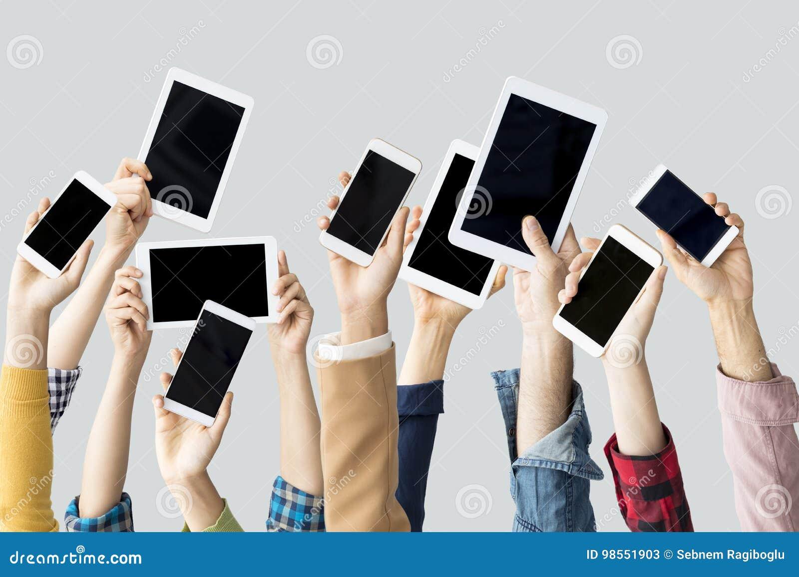Ręki podnosi technologicznych przyrząda