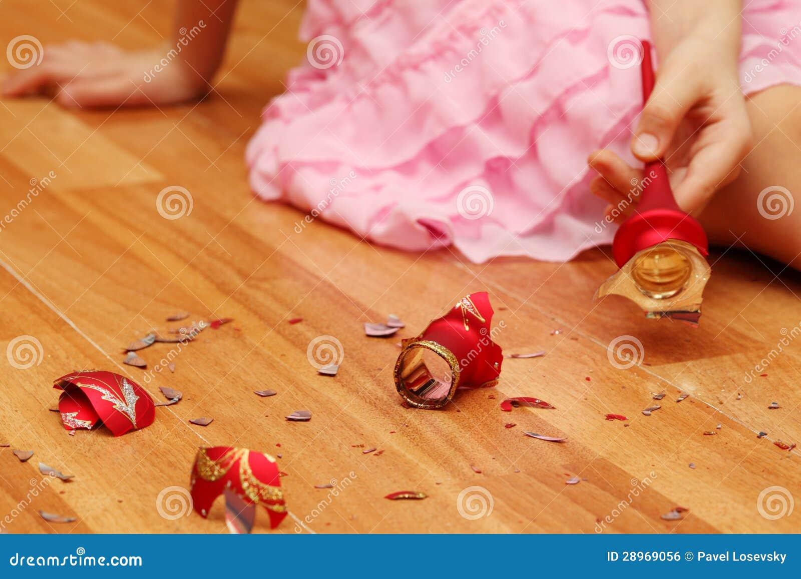 Ręki podnosi up kawałeczki Bożenarodzeniowa piłka dziewczyna