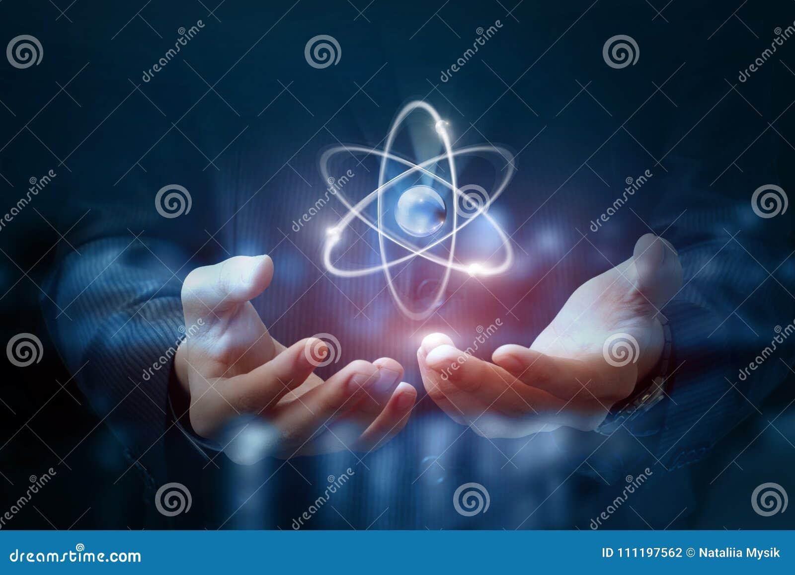 Ręki pokazują atom