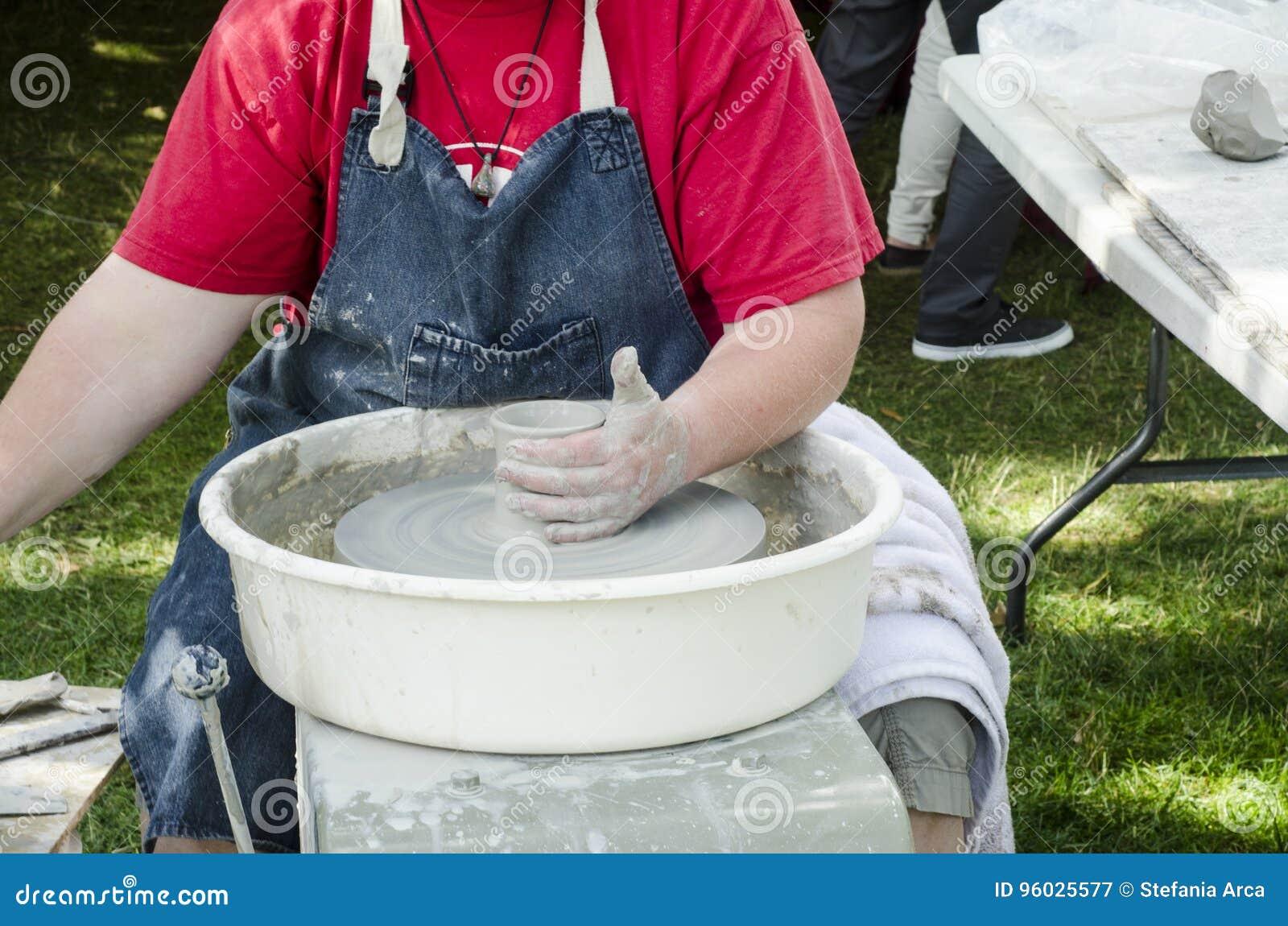 Ręki pracuje przy miotania kształtować i kołem żeńska garncarka