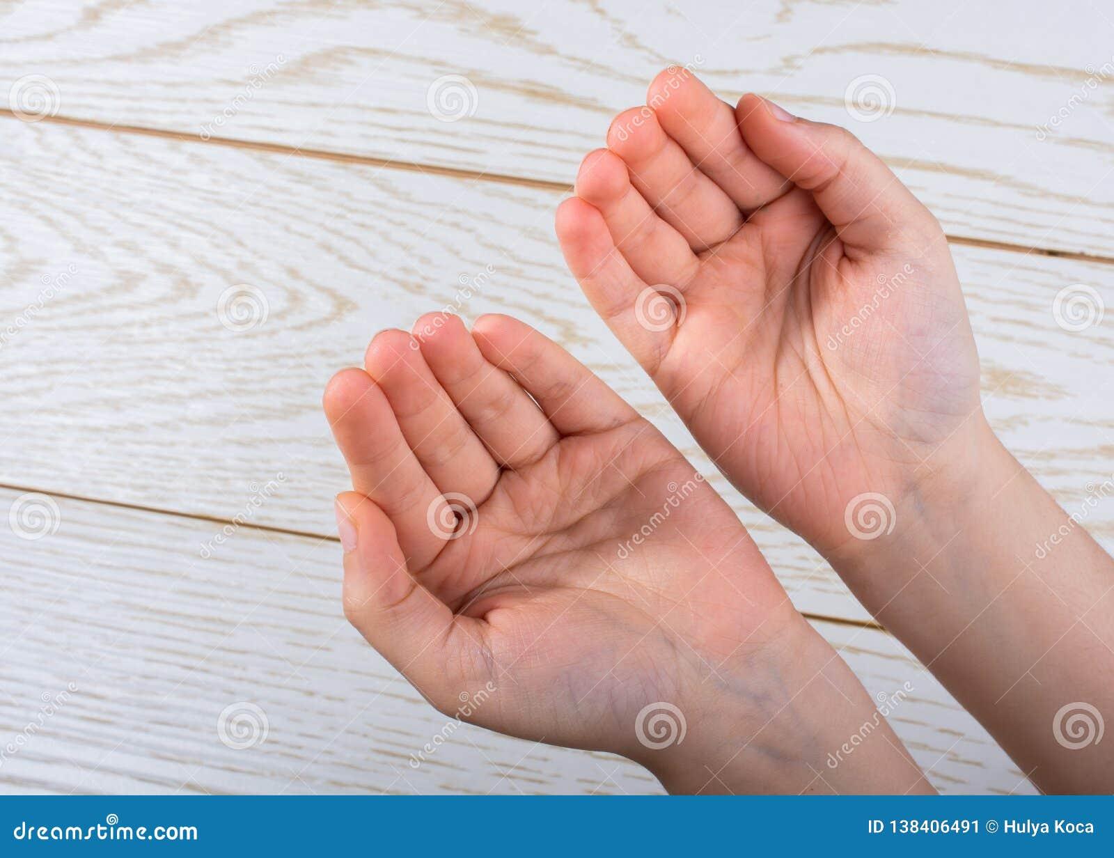 Ręki robi modlenie gestowi na drewnianym tle