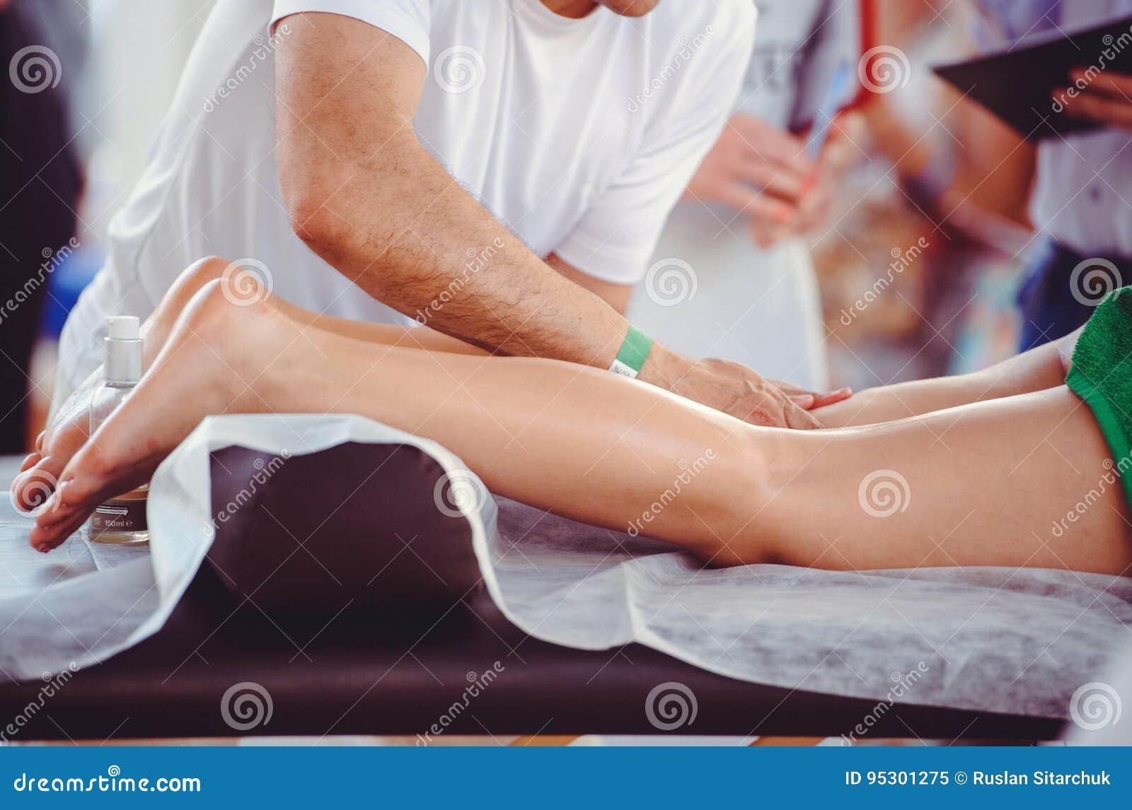 Ręki robi nożnemu masażowi, zdroju salon
