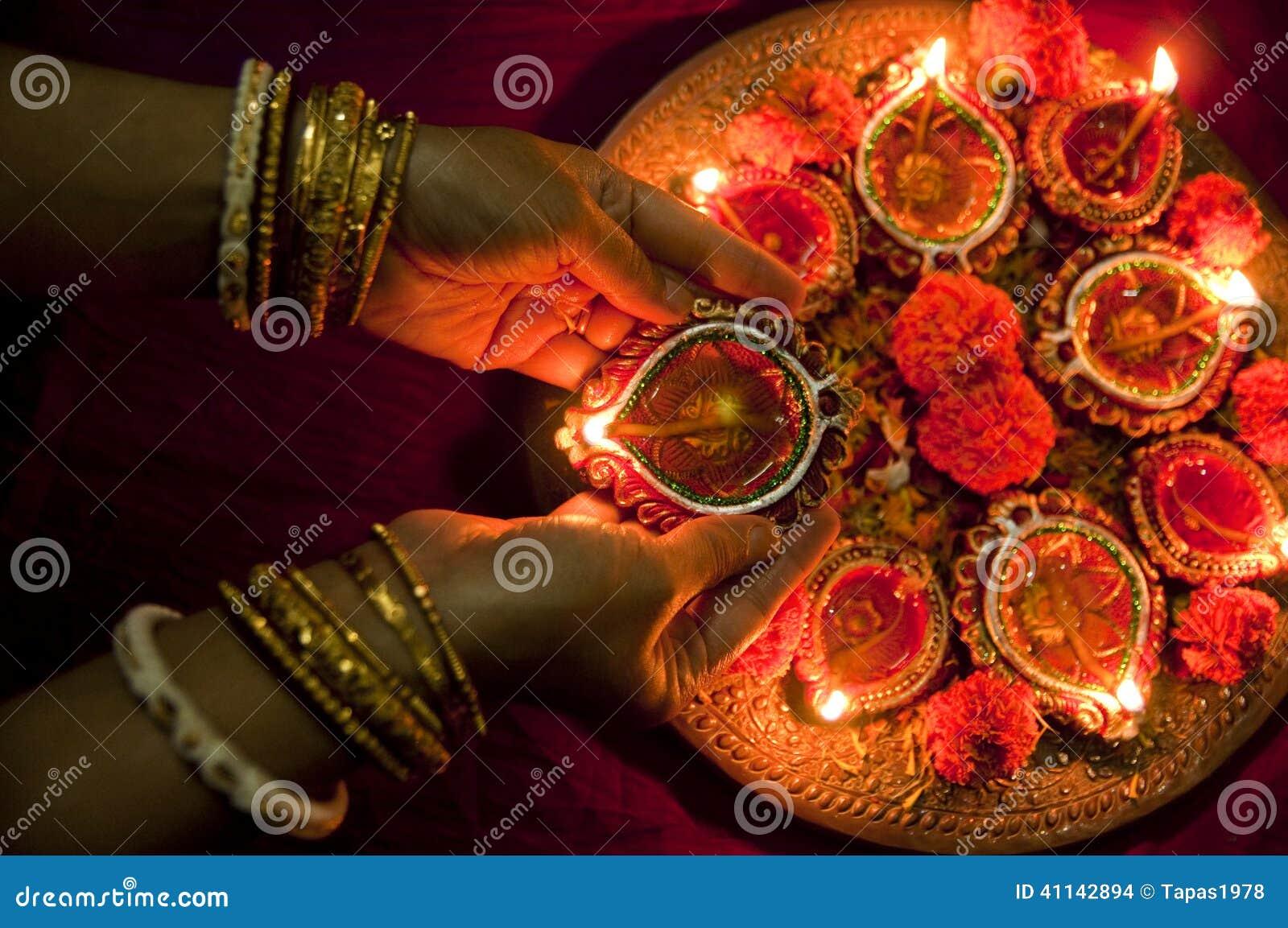 Ręki trzyma Diwali lampy