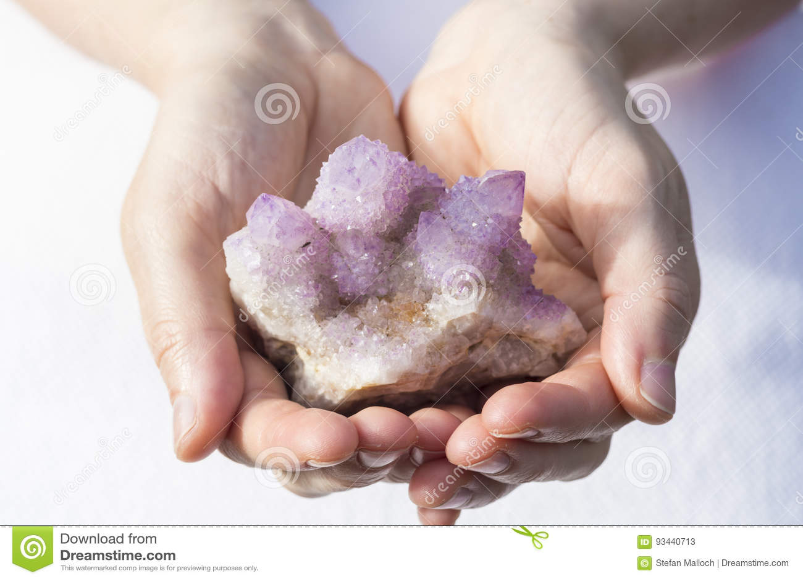 Ręki trzyma kawałek Spirytusowa kwarc