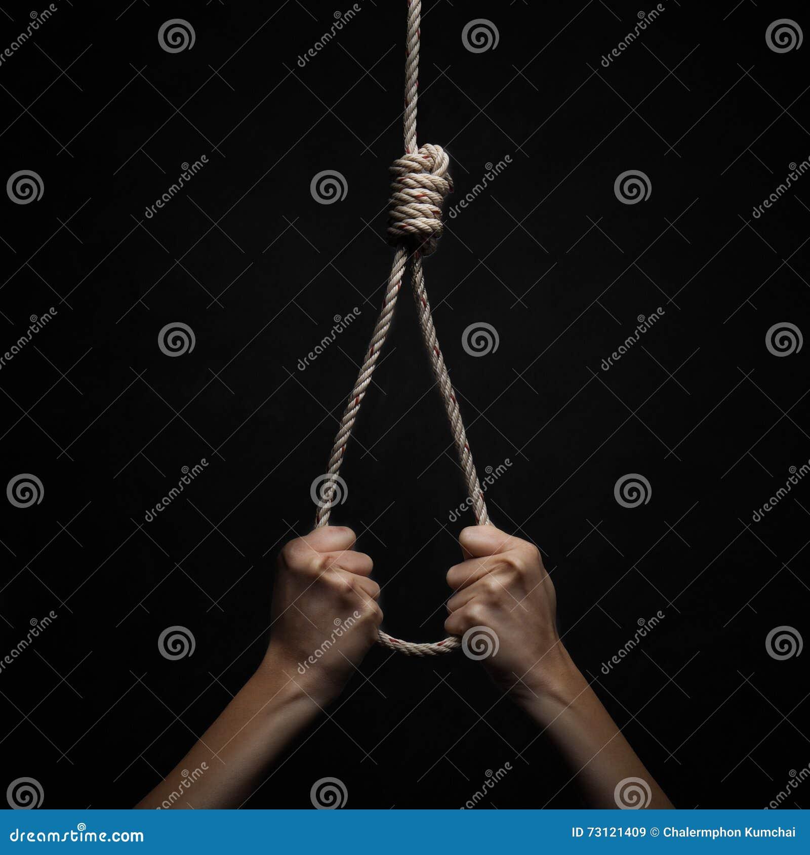 Ręki trzyma linowego slipknot w pojęcia samobójstwie