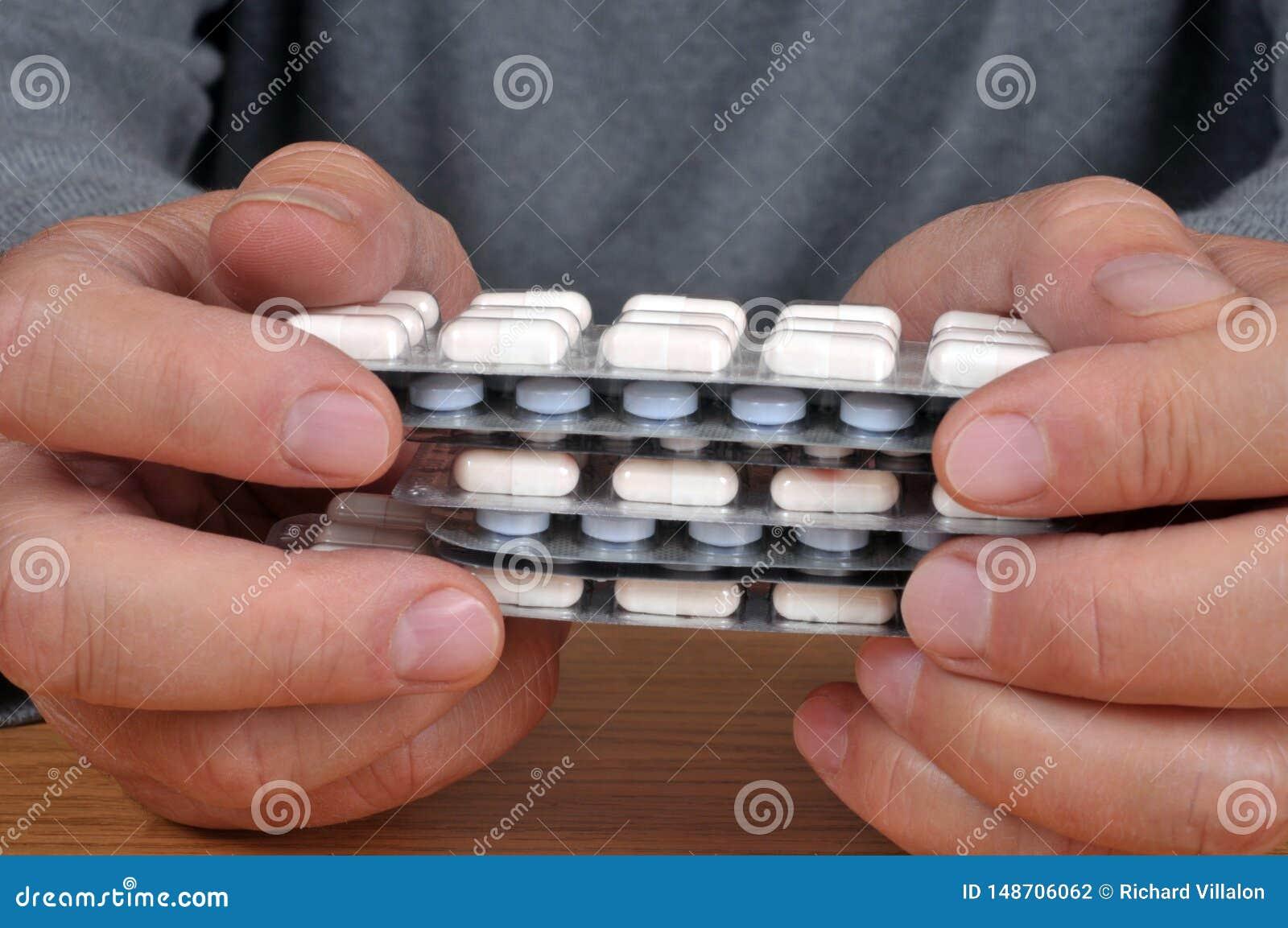 Ręki trzyma medycyn paczki zamknięte w górę