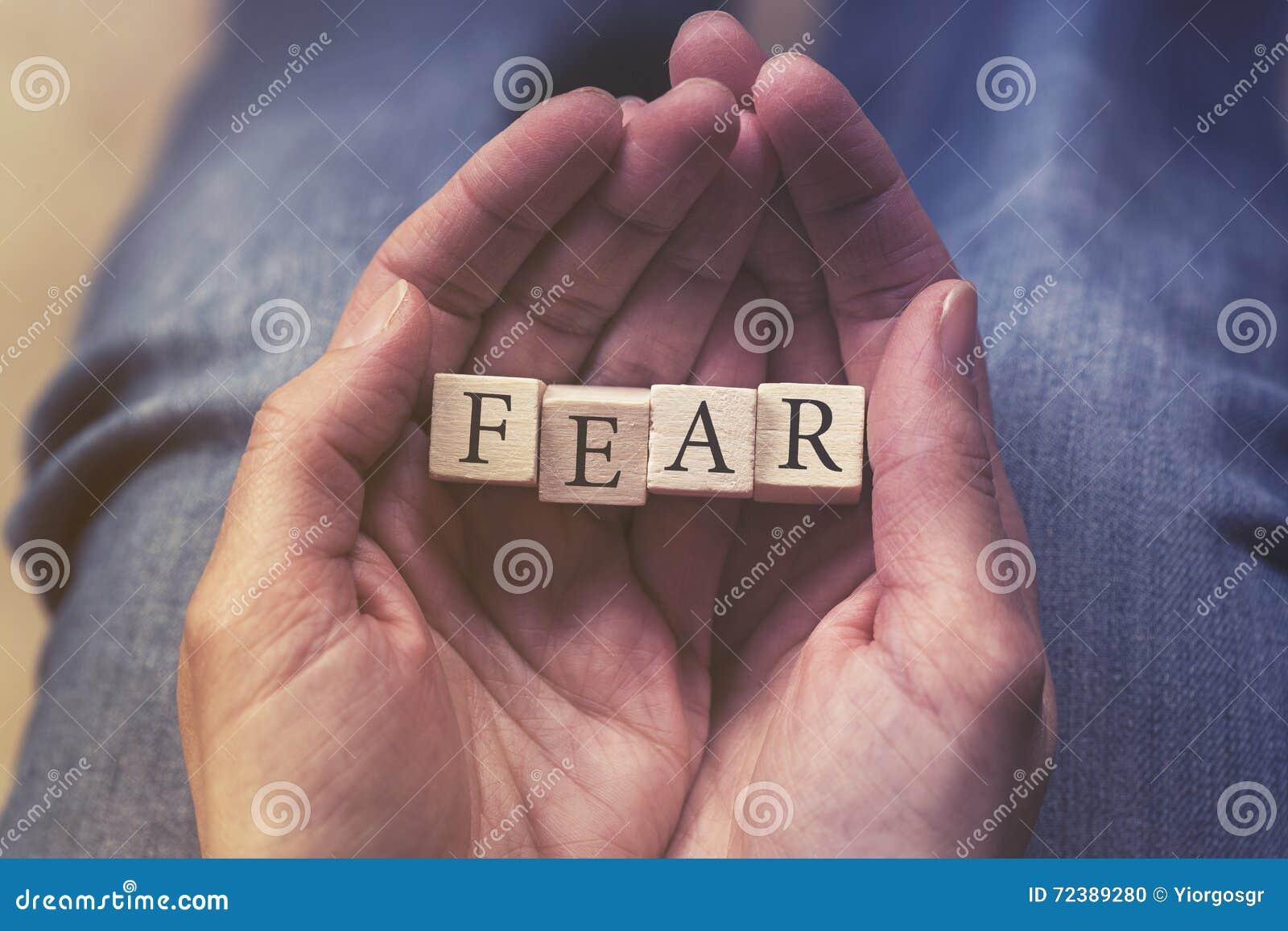 Ręki trzyma strach wiadomość