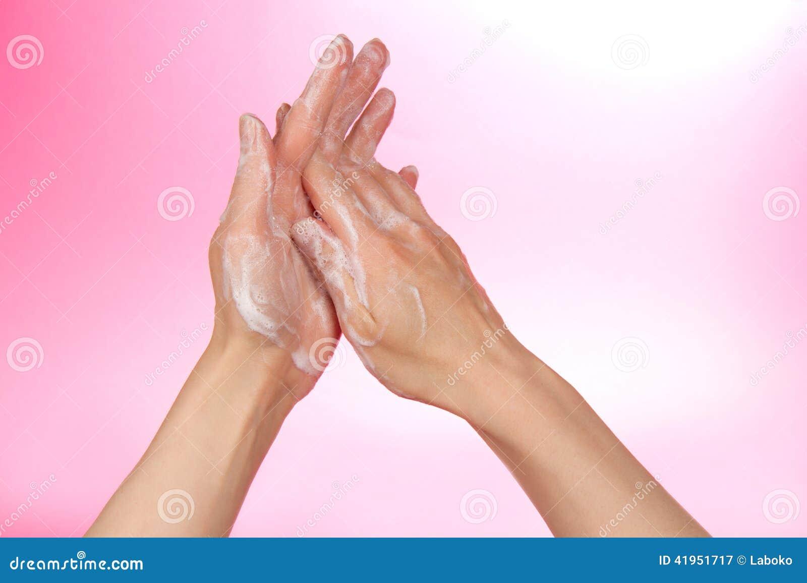 Ręki w pianie mydło