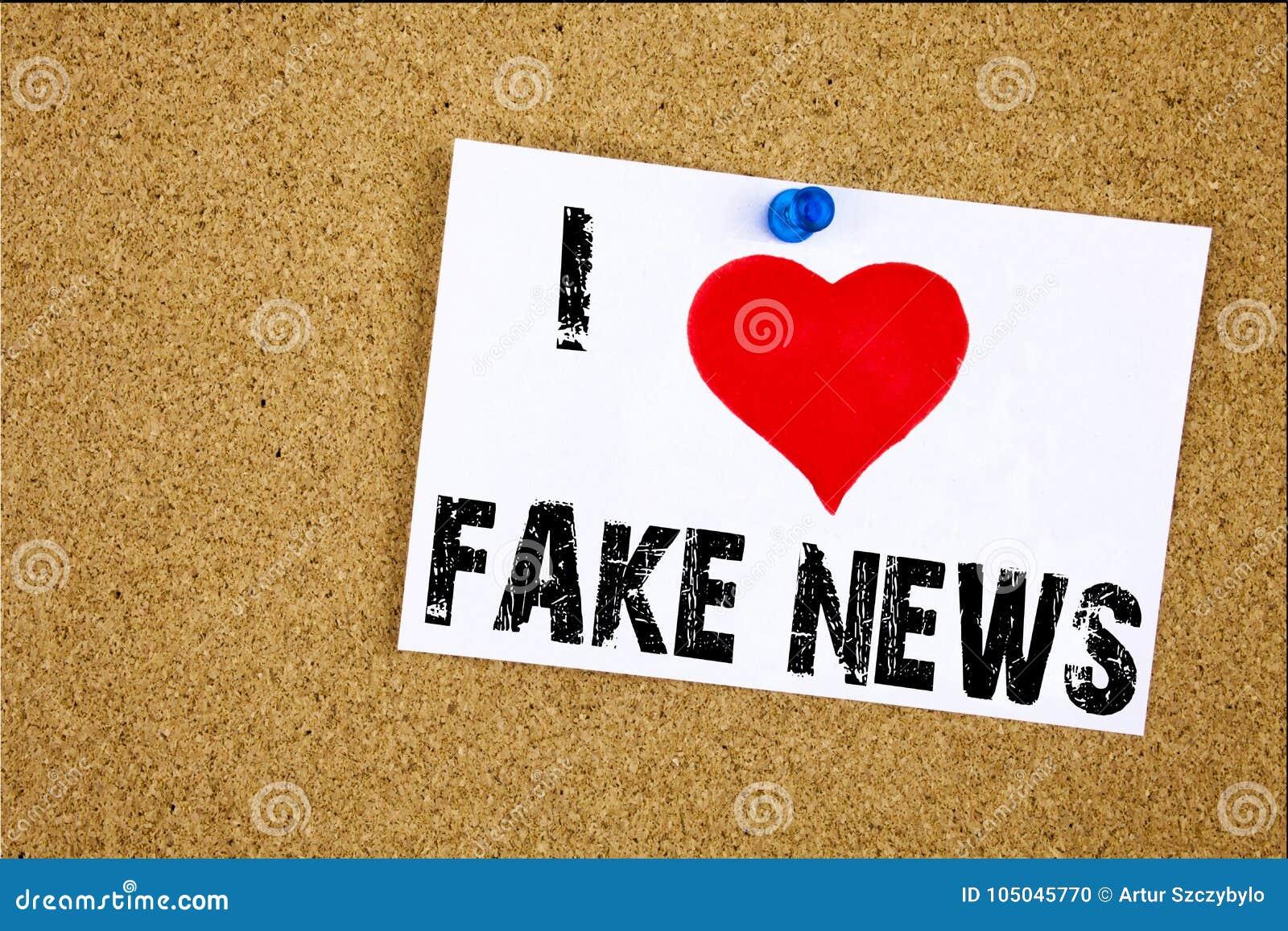 Ręki writing teksta podpisu inspiraci seans Kocham Sfałszowanego wiadomości pojęcia znaczenia gazety imitaci wiadomości Propagand