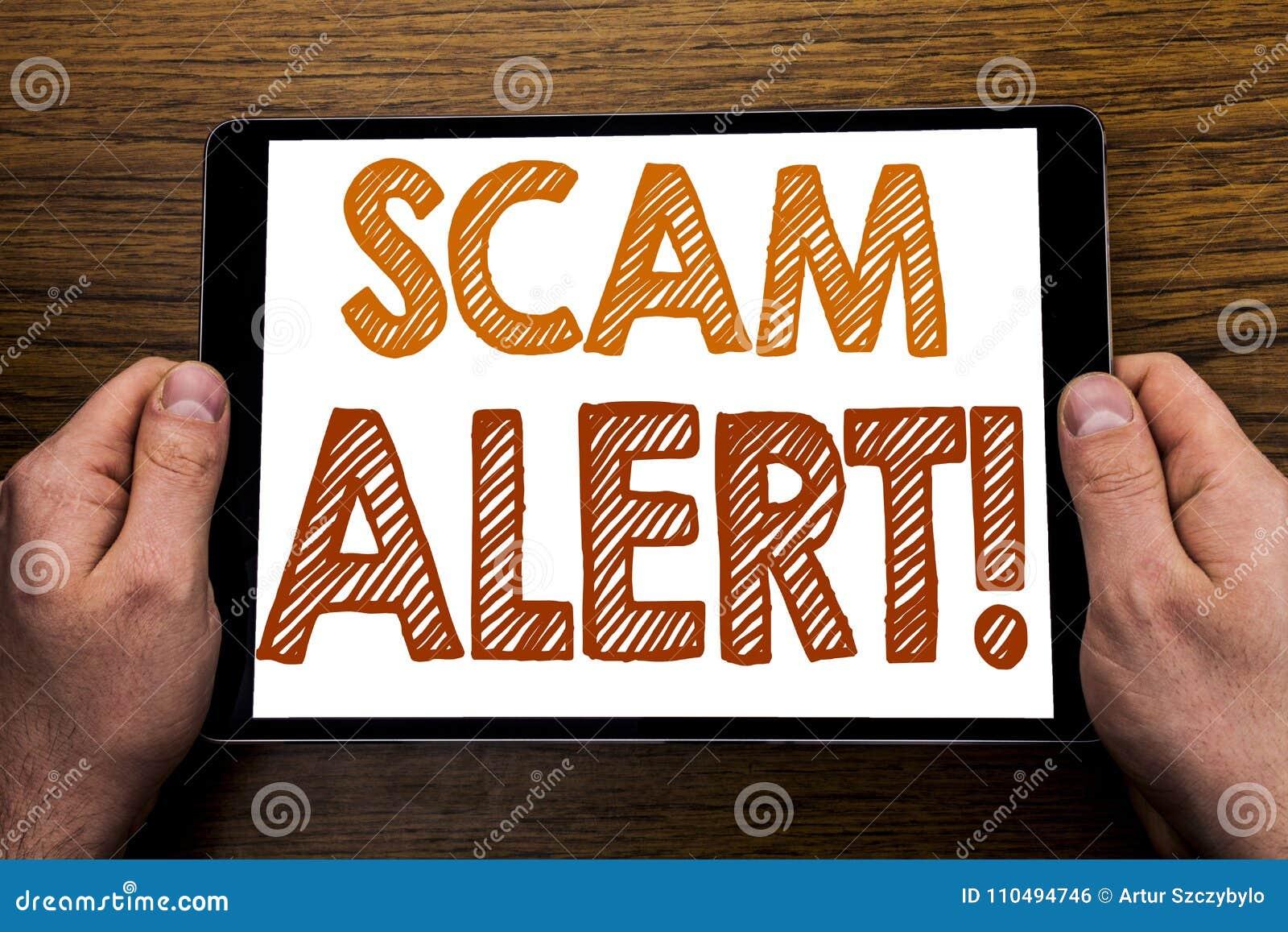 Ręki writing teksta podpisu przekrętu ostrzeżenie Biznesowy pojęcie dla oszustwa ostrzeżenia Pisać na pastylka laptopie, drewnian