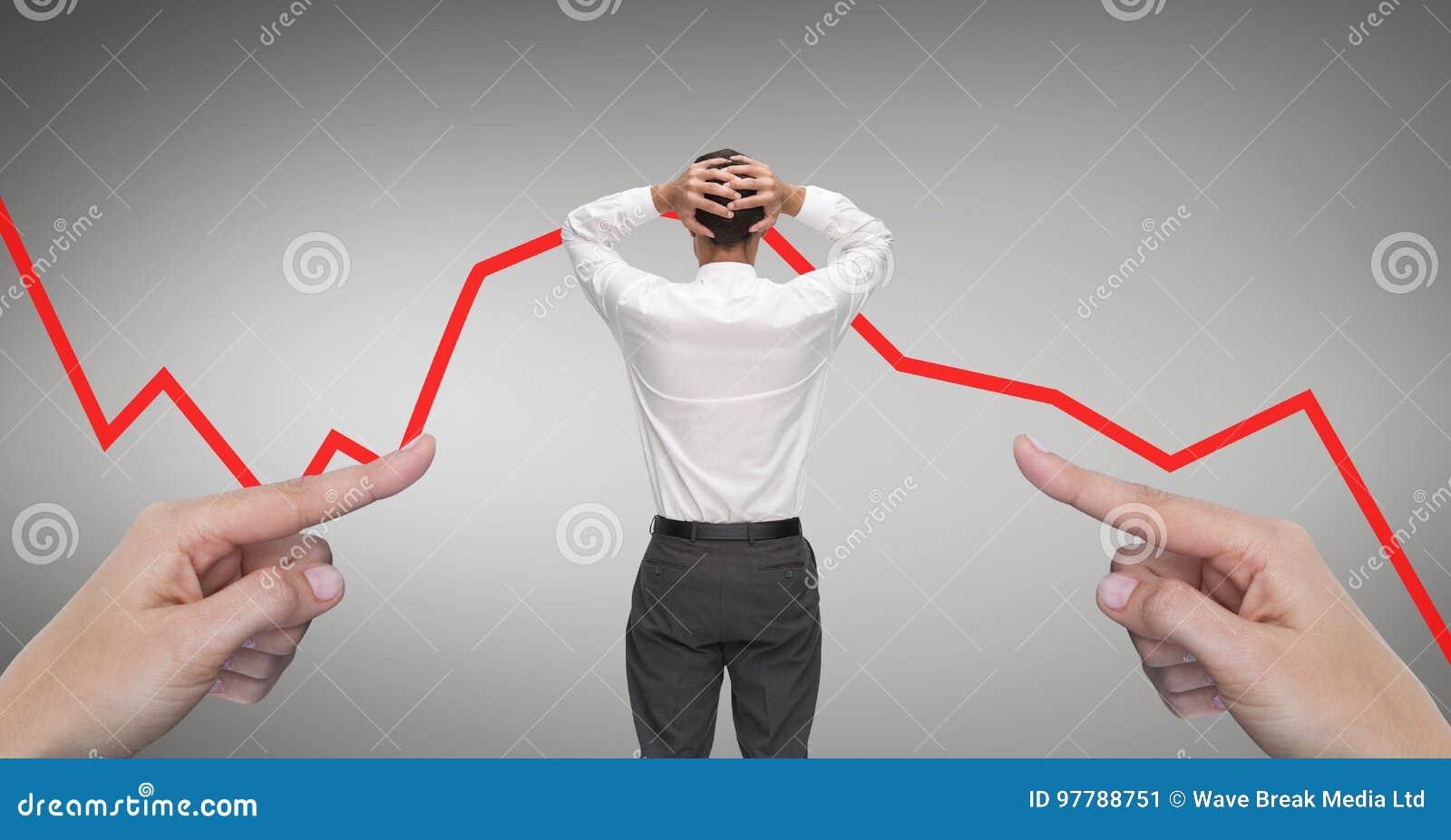 Ręki wskazuje przy zdziwionym biznesowym mężczyzna przeciw popielatemu tłu z czerwoną strzała