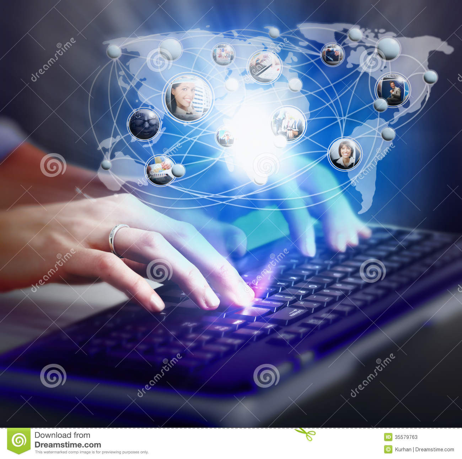 Ręki z komputerową klawiaturą.