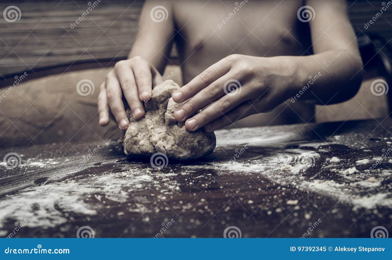 Ręki zręcznie ugniatają ciasto
