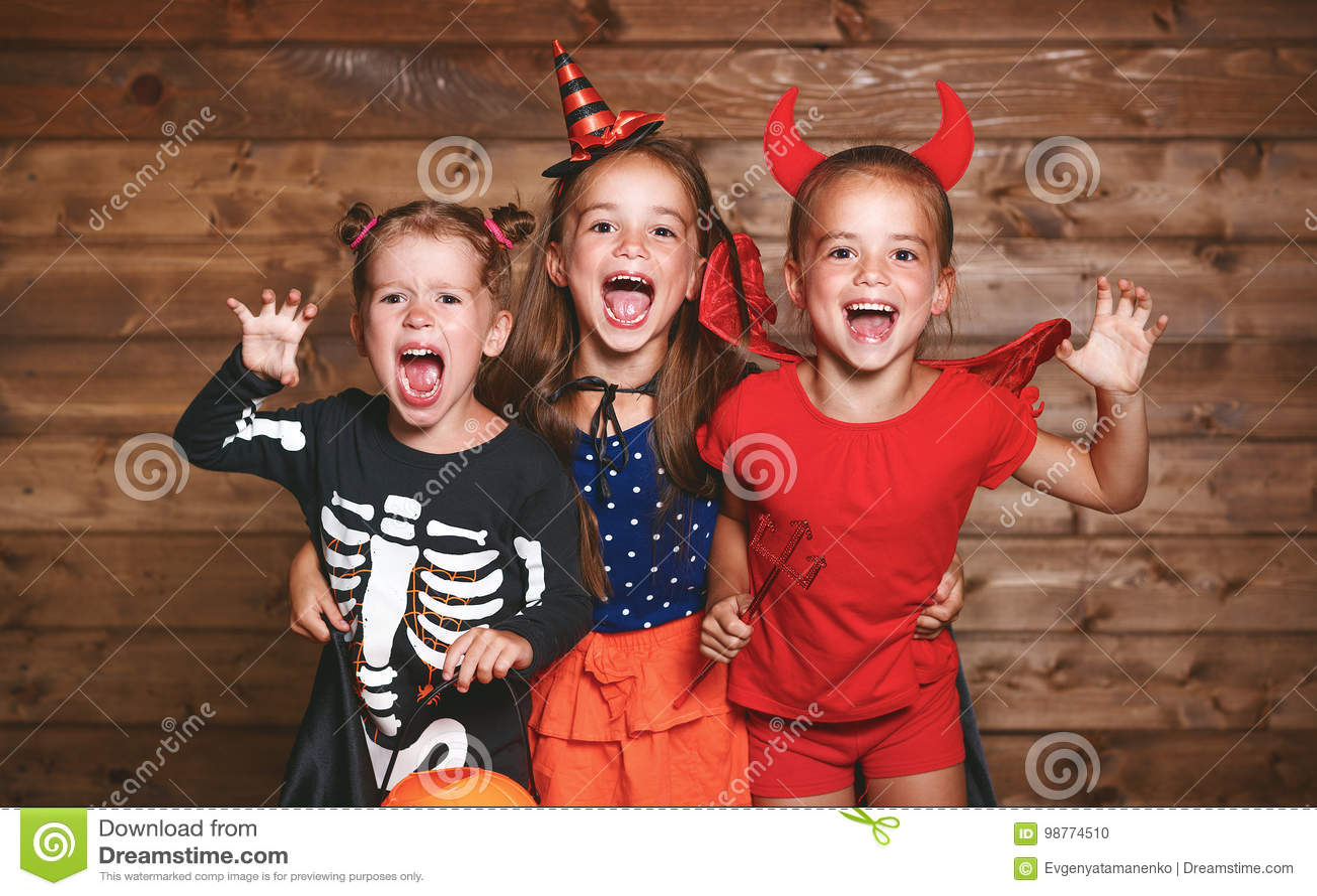 Rżnięta Halloween wakacje rżnięty osoby bania Śmieszni grupowi dzieci w karnawałowych kostiumach