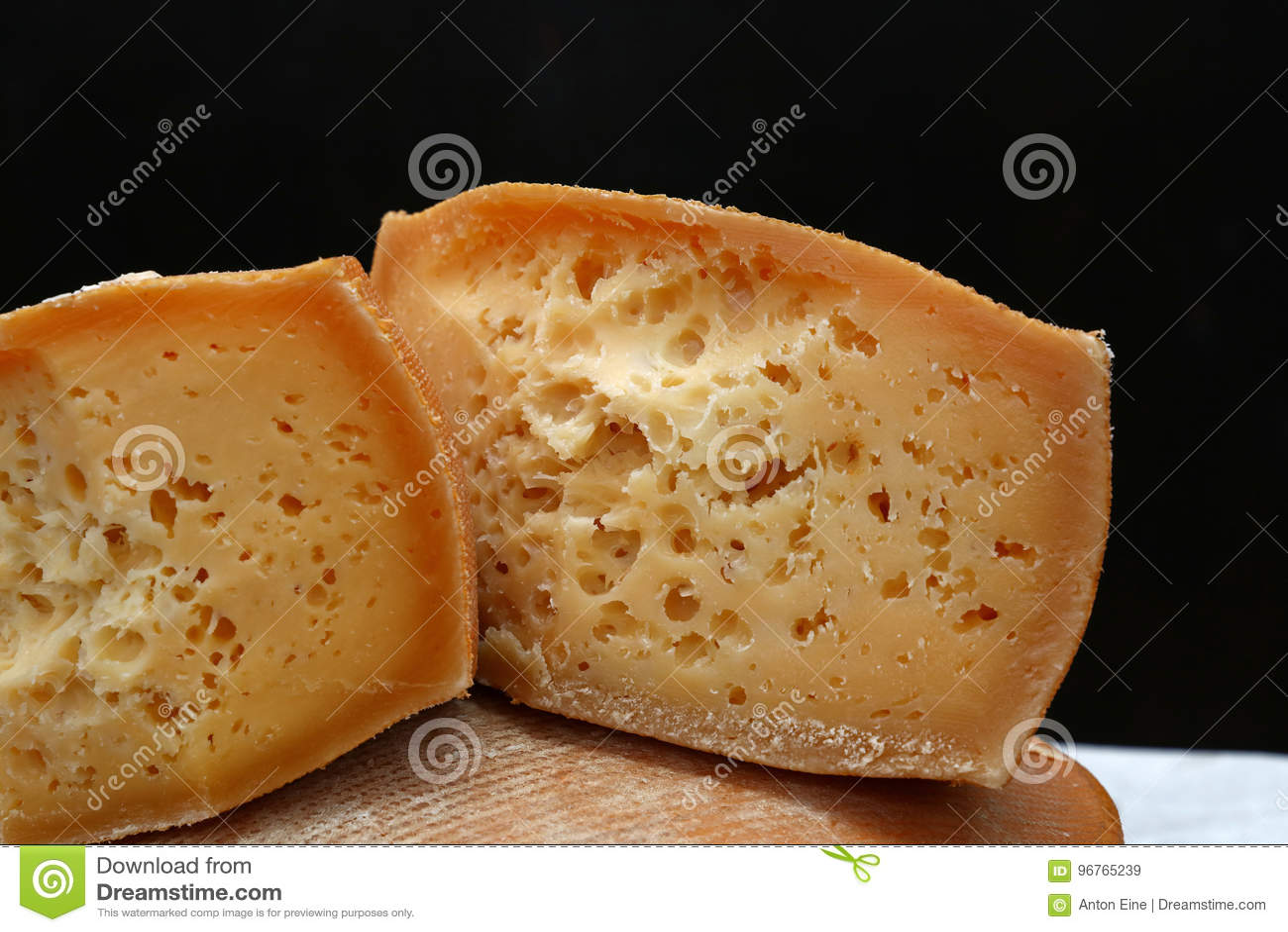 Rżnięty blok starzejący się ser nad czarnym tłem
