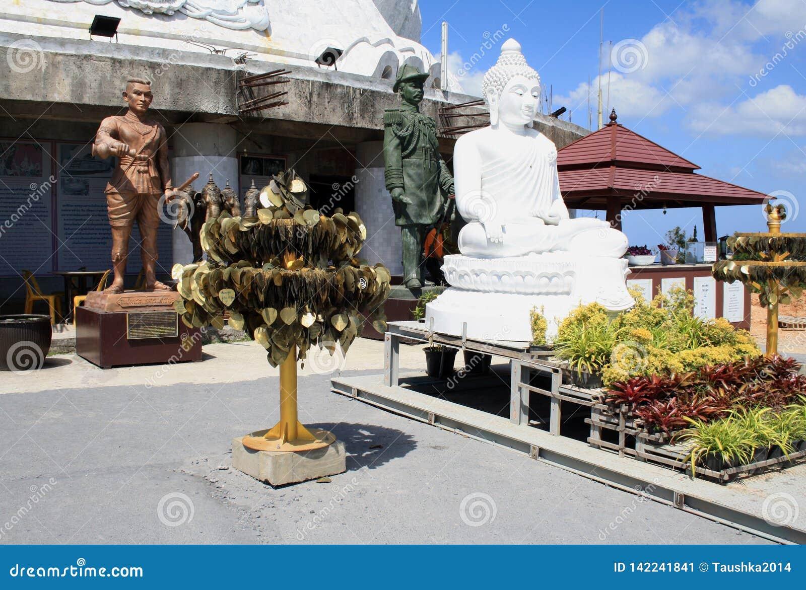 R 普吉岛泰国 大菩萨白色雕象在普吉岛