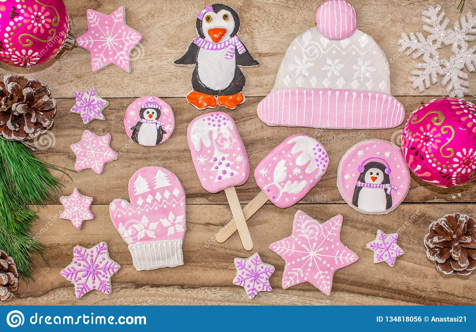 R Μελόψωμο, penguins, γάντια και καπέλα με τους αστερίσκους, παγωτό, σε ένα ξύλινο υπόβαθρο