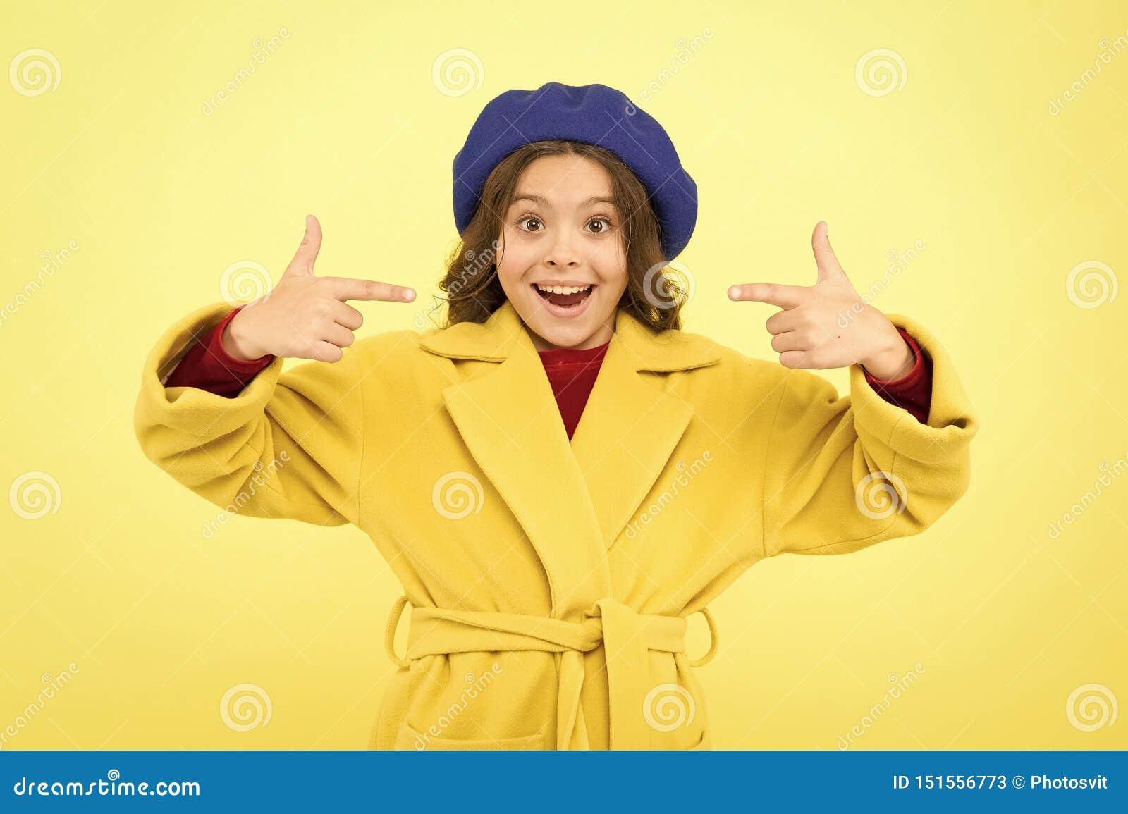 R παιδική ηλικία και ευτυχία r γαλλικό beret ύφους παρισινό κορίτσι μικρό παιδί στο Παρίσι r