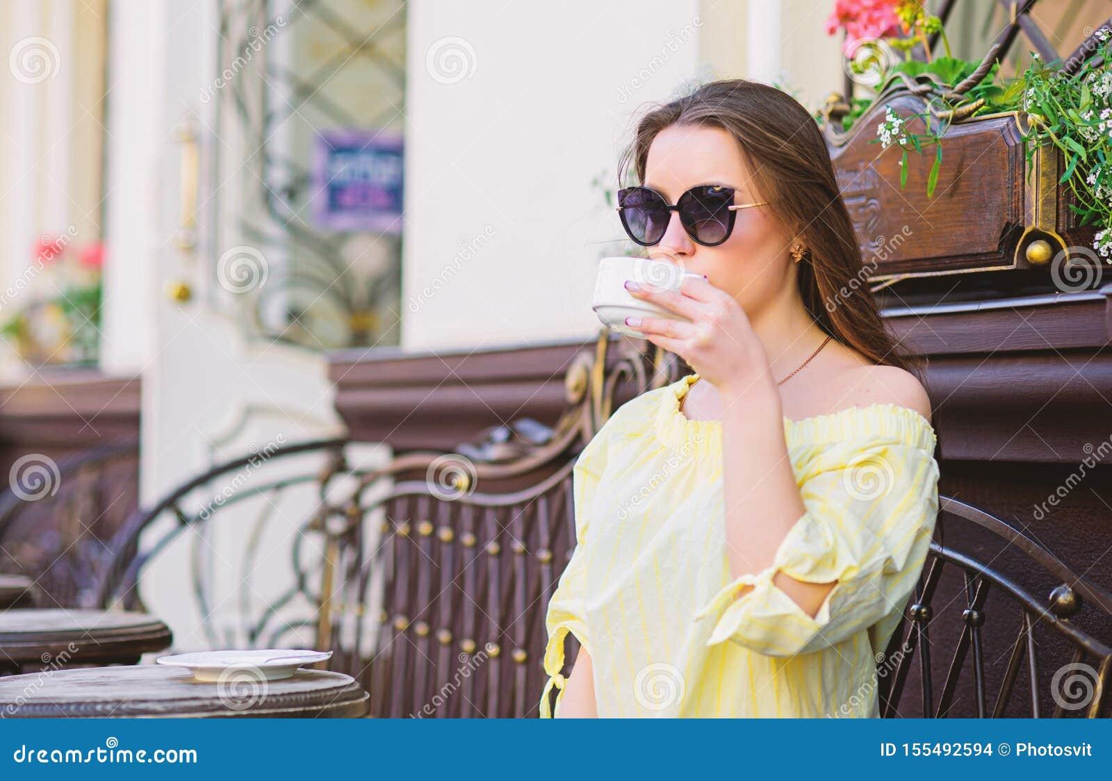 R Девушка завтрака ослабить в кафе t стильная женщина в стеклах выпивает кофе мода лета