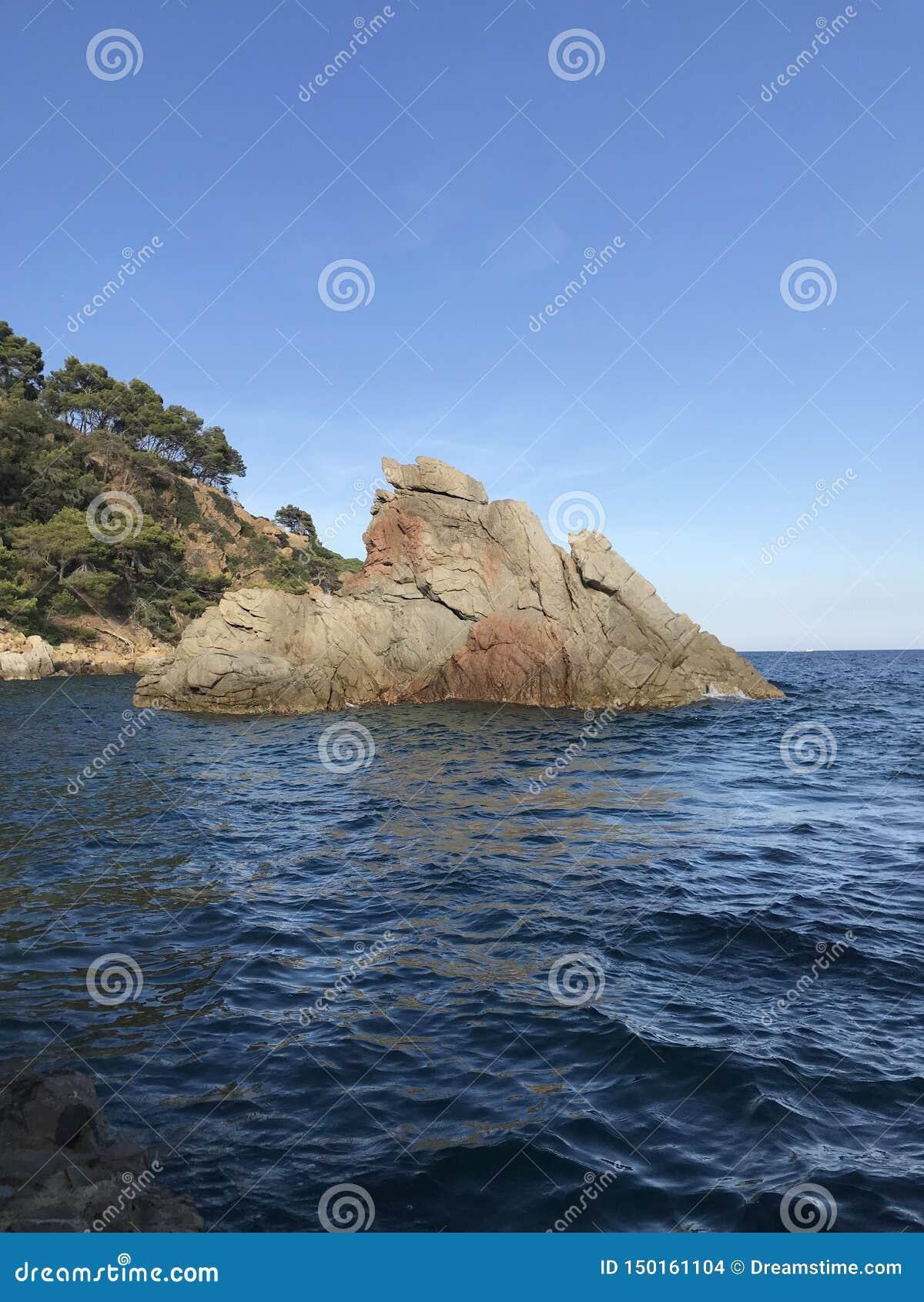 R Коста-Brava, голубое море, голубой залив