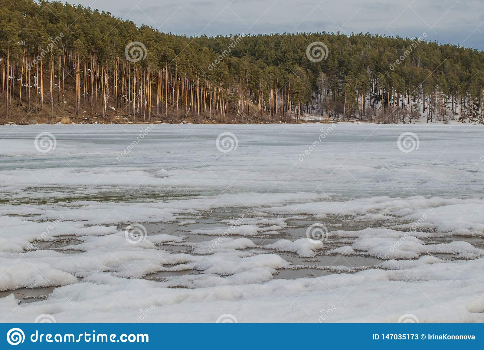 R Расплавленный лед на реке