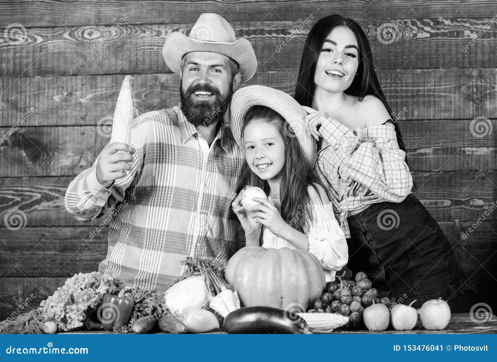 R Фермер человека бородатый деревенский с ребенк и женой Садовник матери фермера отца семьи с