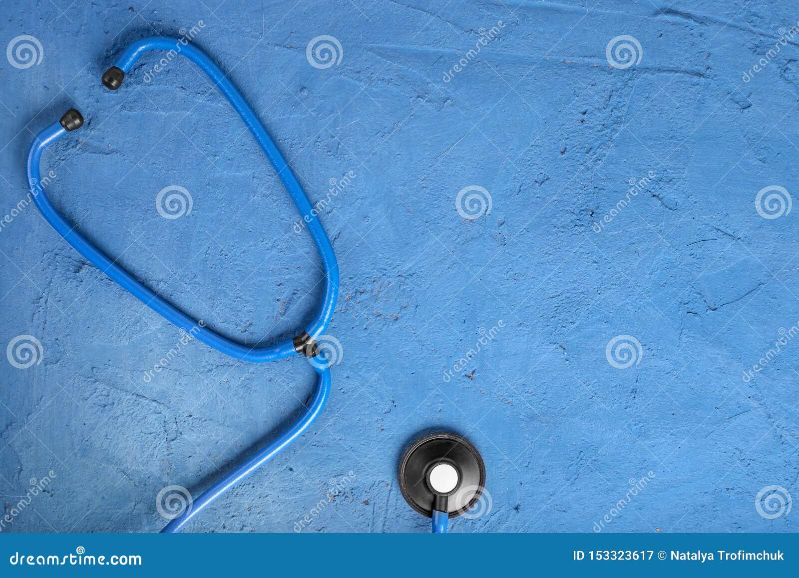 R 听诊器特写镜头在蓝宝石背景的 听与听诊器的心脏 r