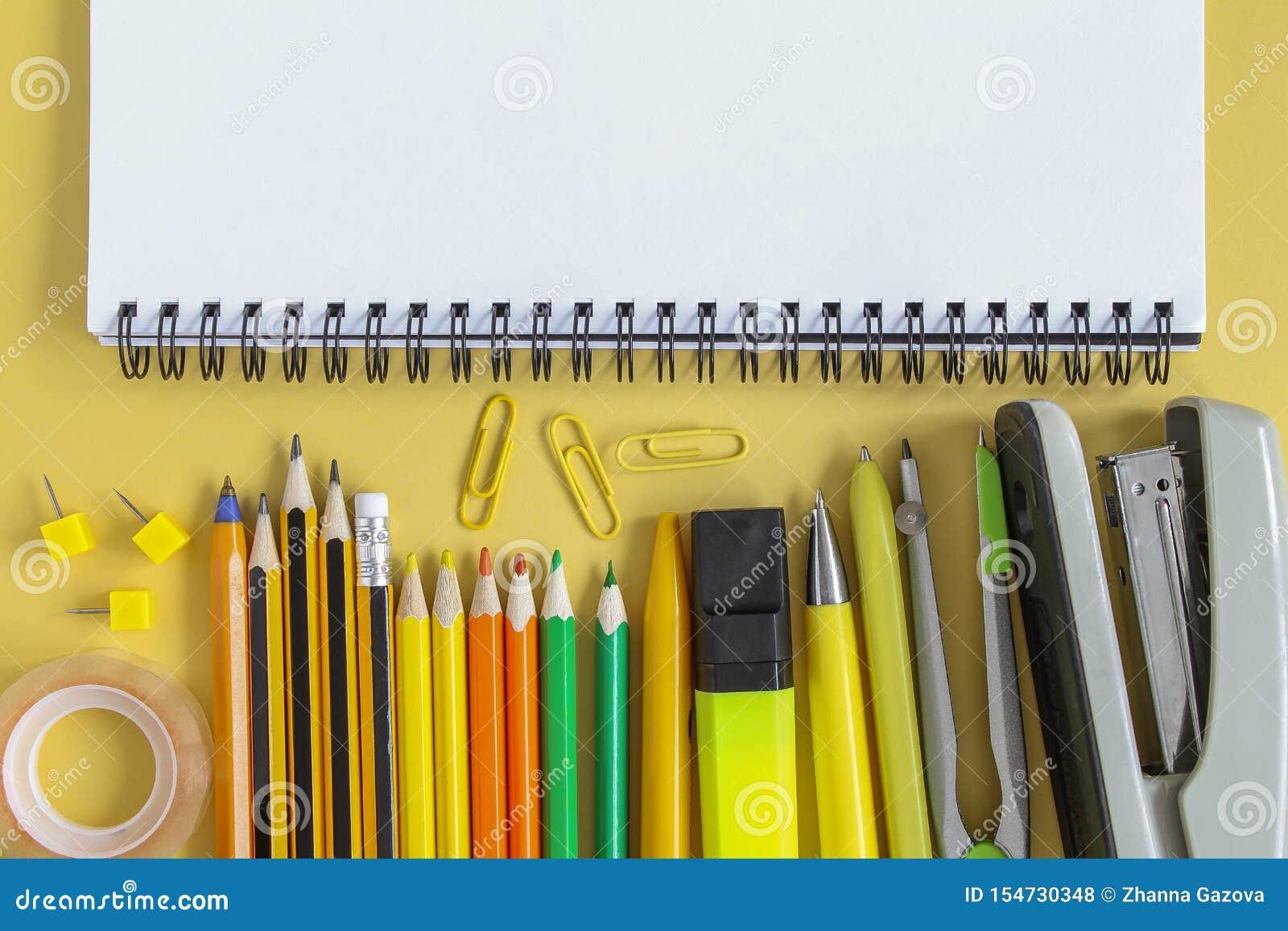 R 开放空的大模型笔记本和色的学校文具 黄色纸背景 r