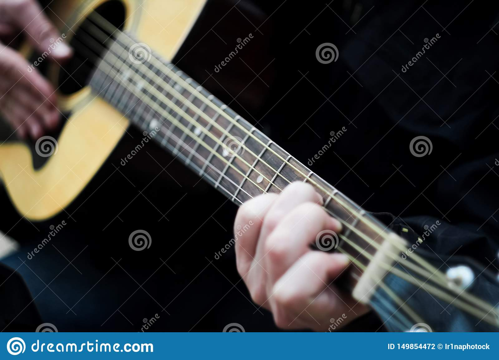 R 弹六串声学吉他的一个人 ??