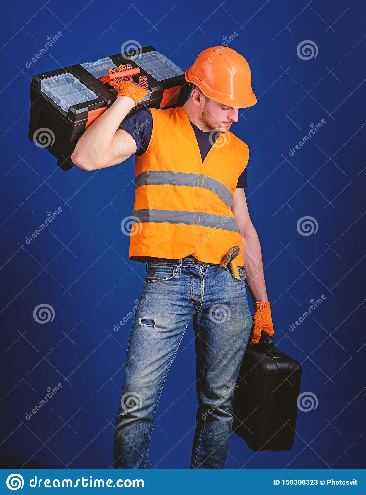 R 盔甲的人,安全帽拿着工具箱和手提箱有工具的,蓝色背景 工作者,修理匠