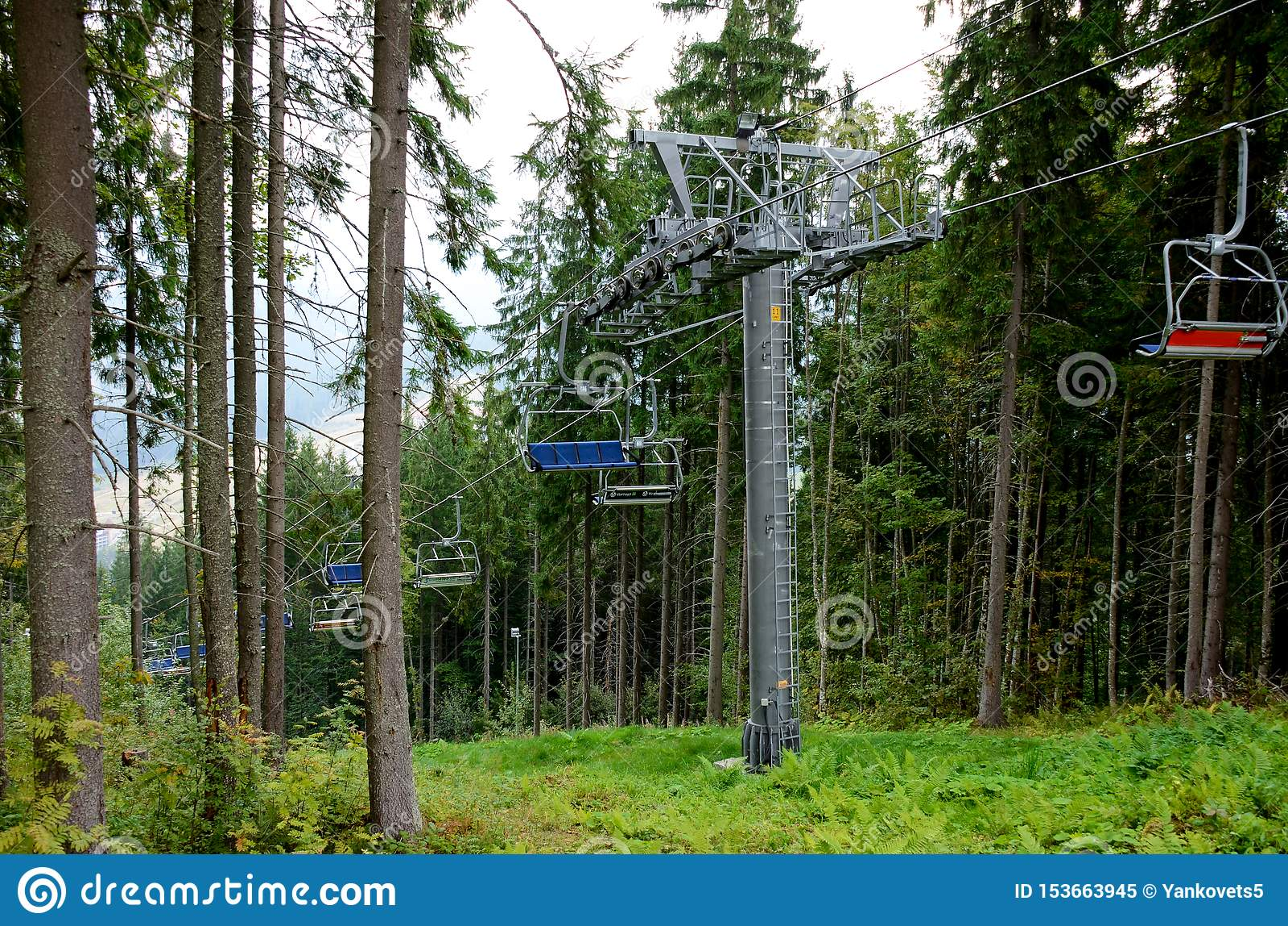 R 结合徒步旅行者或游人享受升降椅滑雪电缆车和美好的山夏天风景乘驾