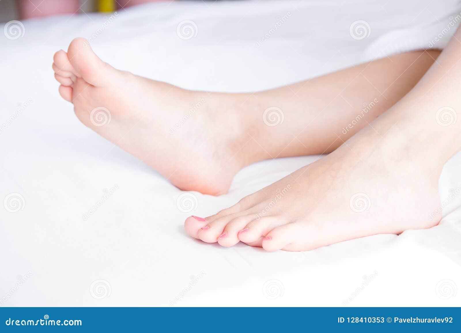 R 美丽和端庄的妇女的,女孩脚 温泉,洗刷和脚关心概念 轻的室,干净的卧具