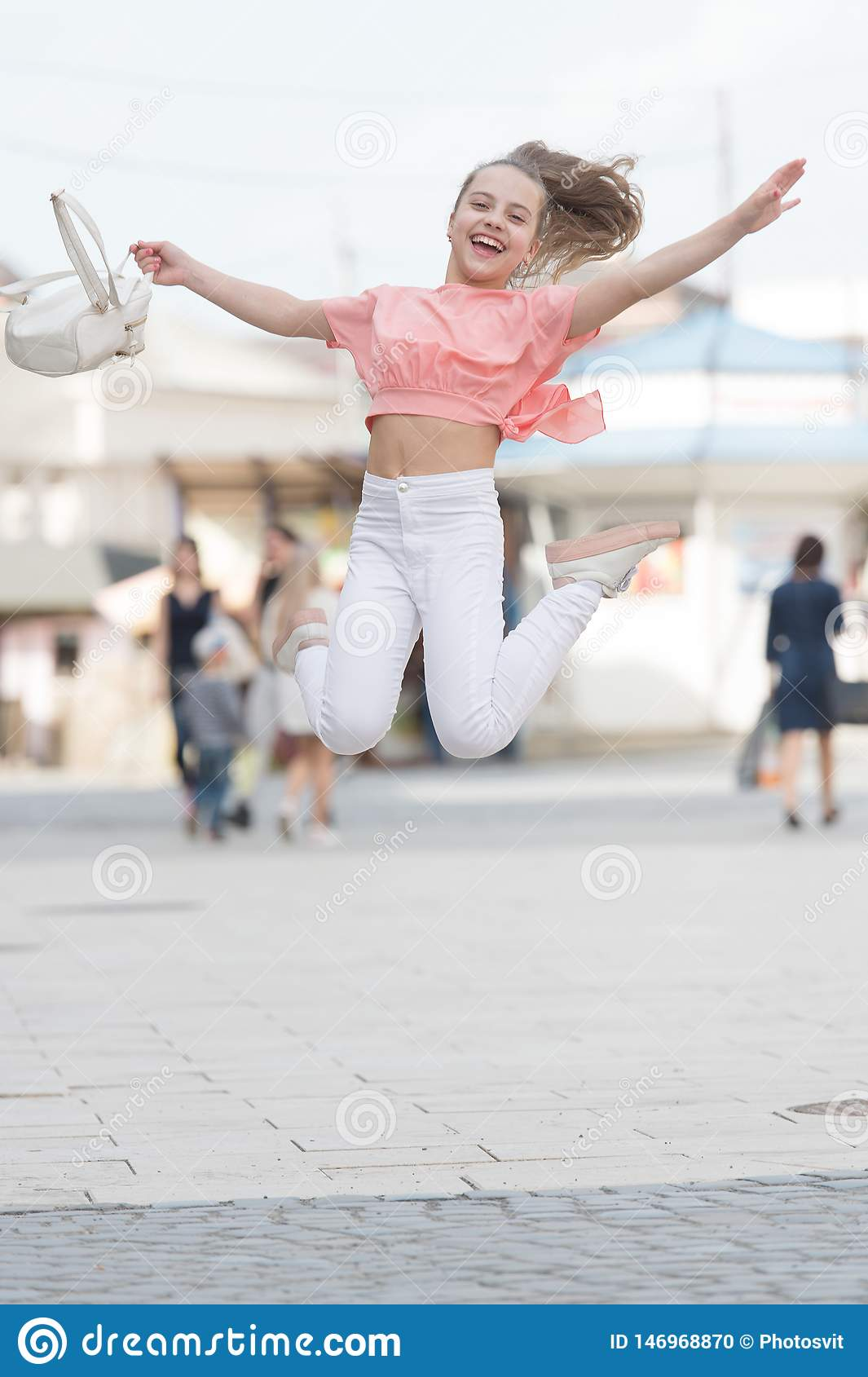 R 迷人的时髦的时兴的女孩 小孩享受步行 ?? 喜欢青少年 周末步行