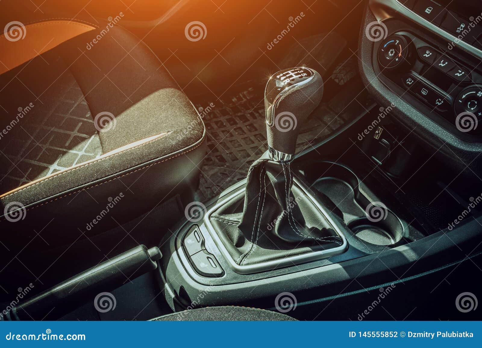 R?czna gearbox r?koje?? w nowo?ytnym samochodzie Przek?adnia r?czny przesuwak