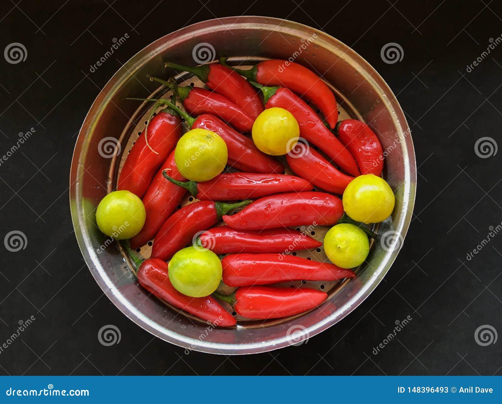 R?d tabasco peppar och gul limefrukt f?r den kalyan maharashtraen INDIEN f?r knipa