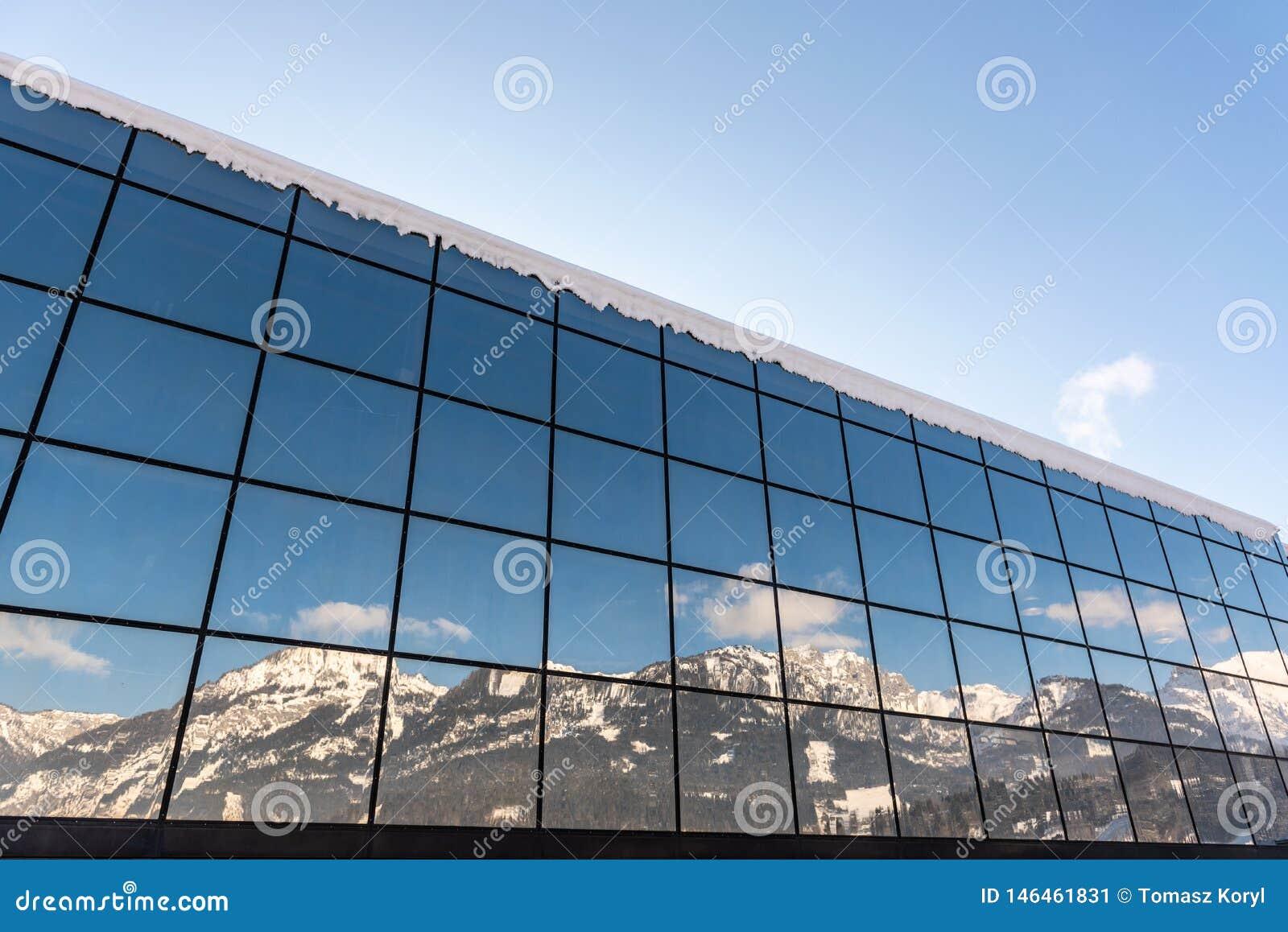 R?flexion des montagnes dans un b?timent en verre - la station Hauser Kaibling un de ski des stations de sports d hiver sup?rieur