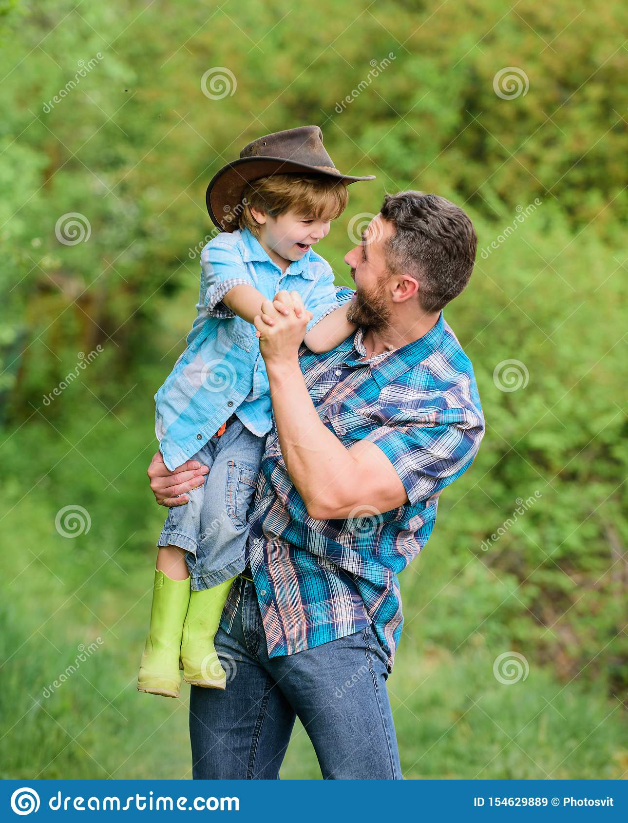 R i Семья фермы Праздники на родителях обрабатывают землю e Выходные