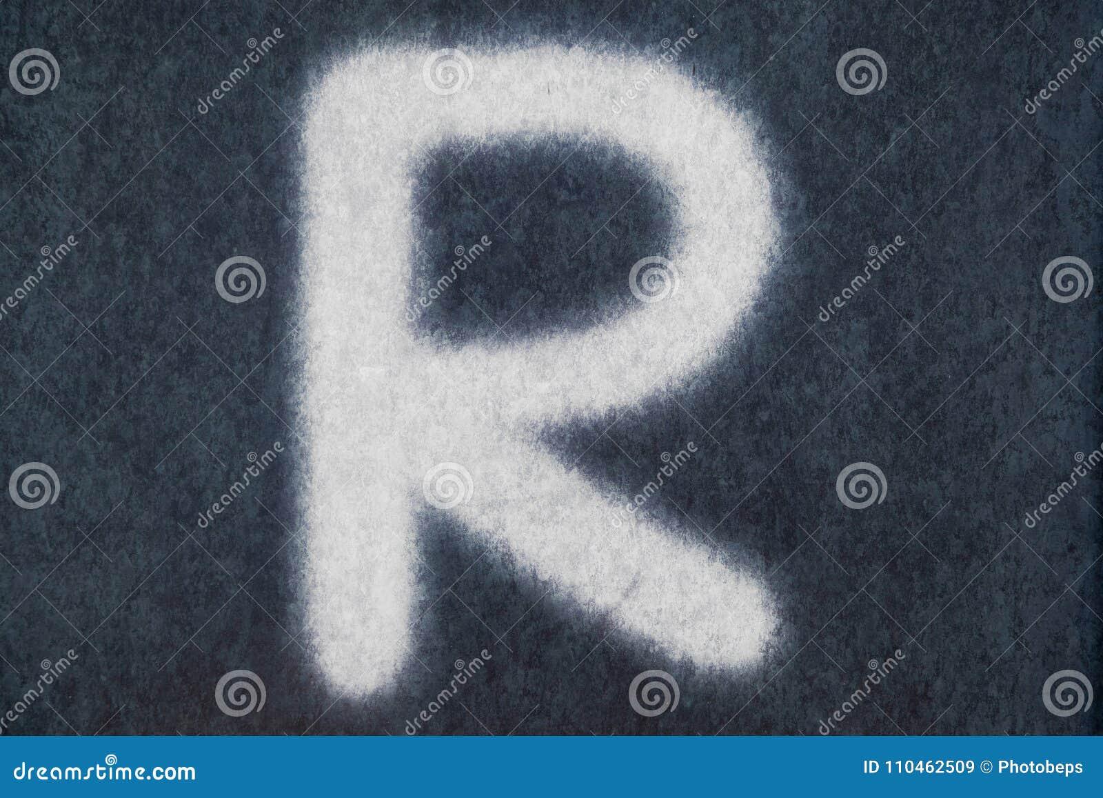 R isolerad kritabokstav i svart tavlabakgrund