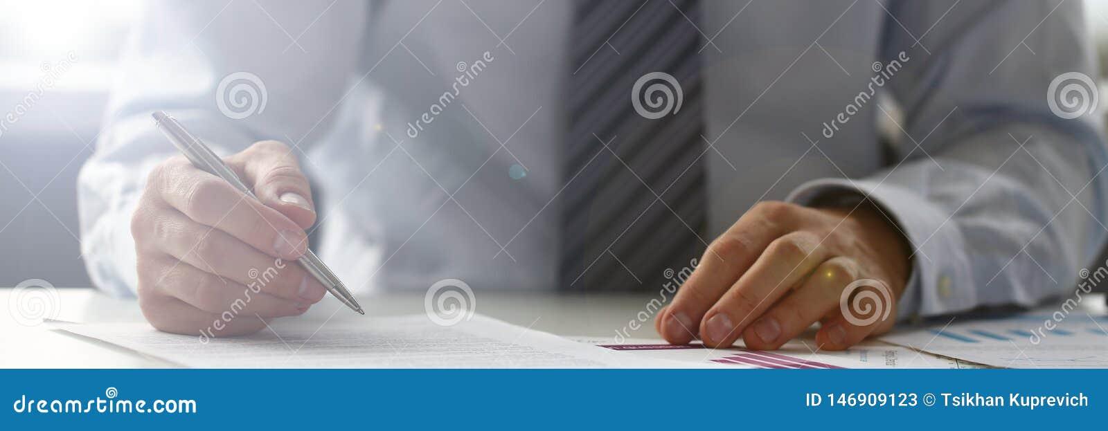 R?ka biznesmen w kostiumu plombowaniu i podpisywanie z