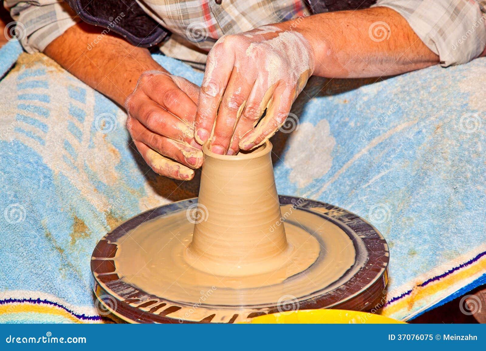 Download Ręki Pracuje Na Ceramicznym Kole Obraz Stock - Obraz złożonej z glina, jard: 37076075