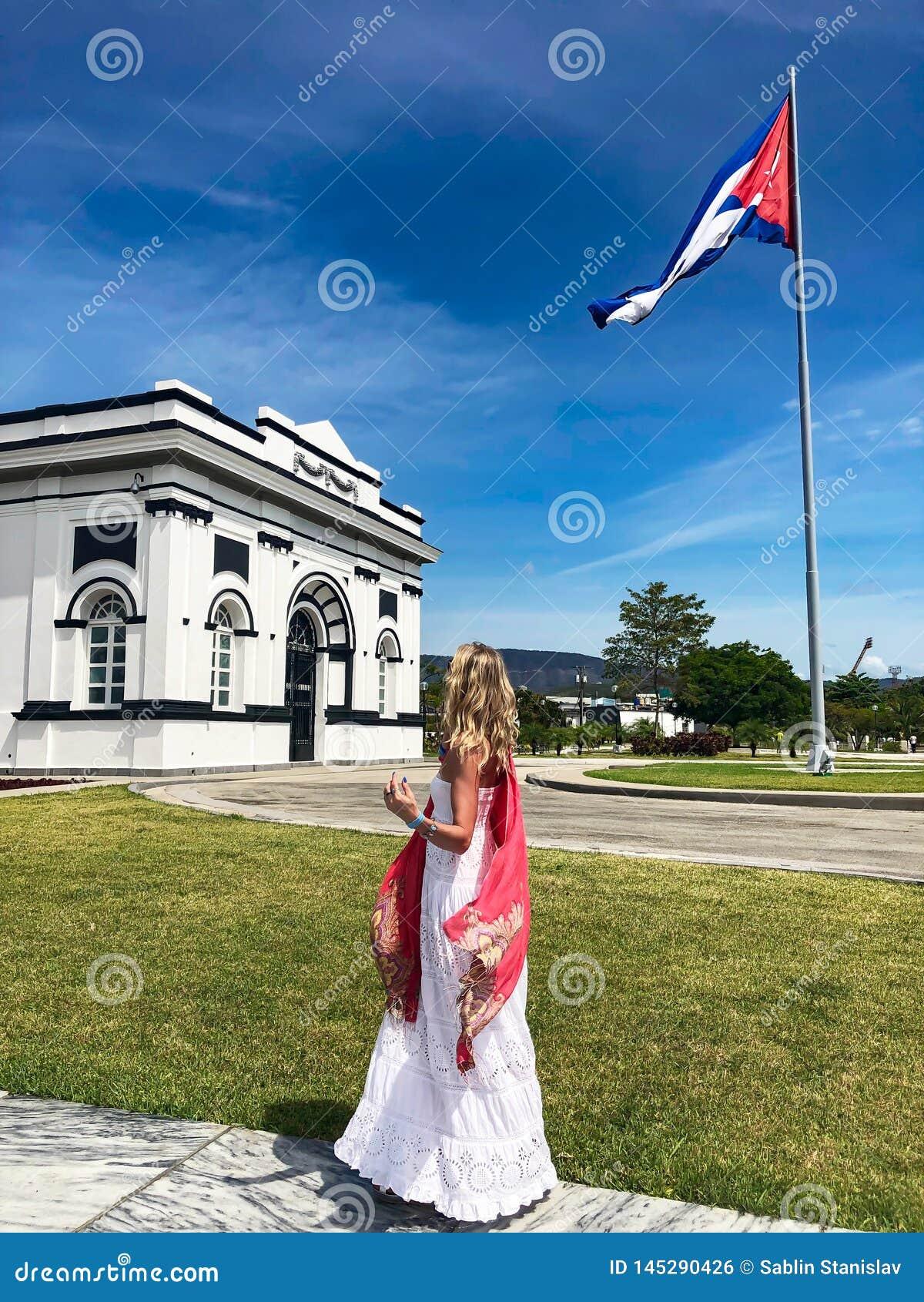R Kvinna i stad av Santiago de Cuba