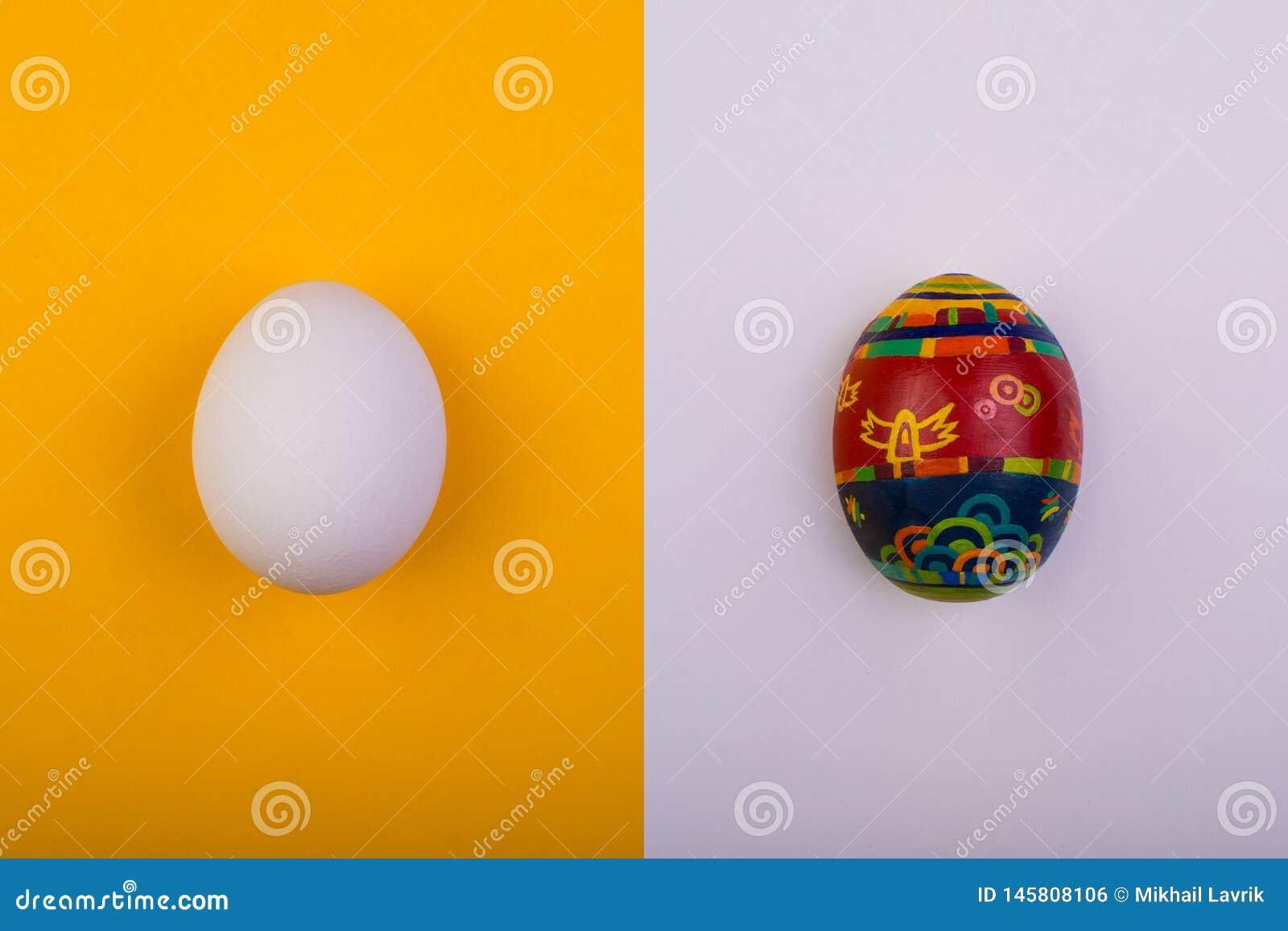 R??ne jaj 2 forsuj? piskl?ca poj?cia Easter jajek kwiat?w trawa maluj?cych umieszczaj?cych potomstwa Mieszkanie nieatutowy