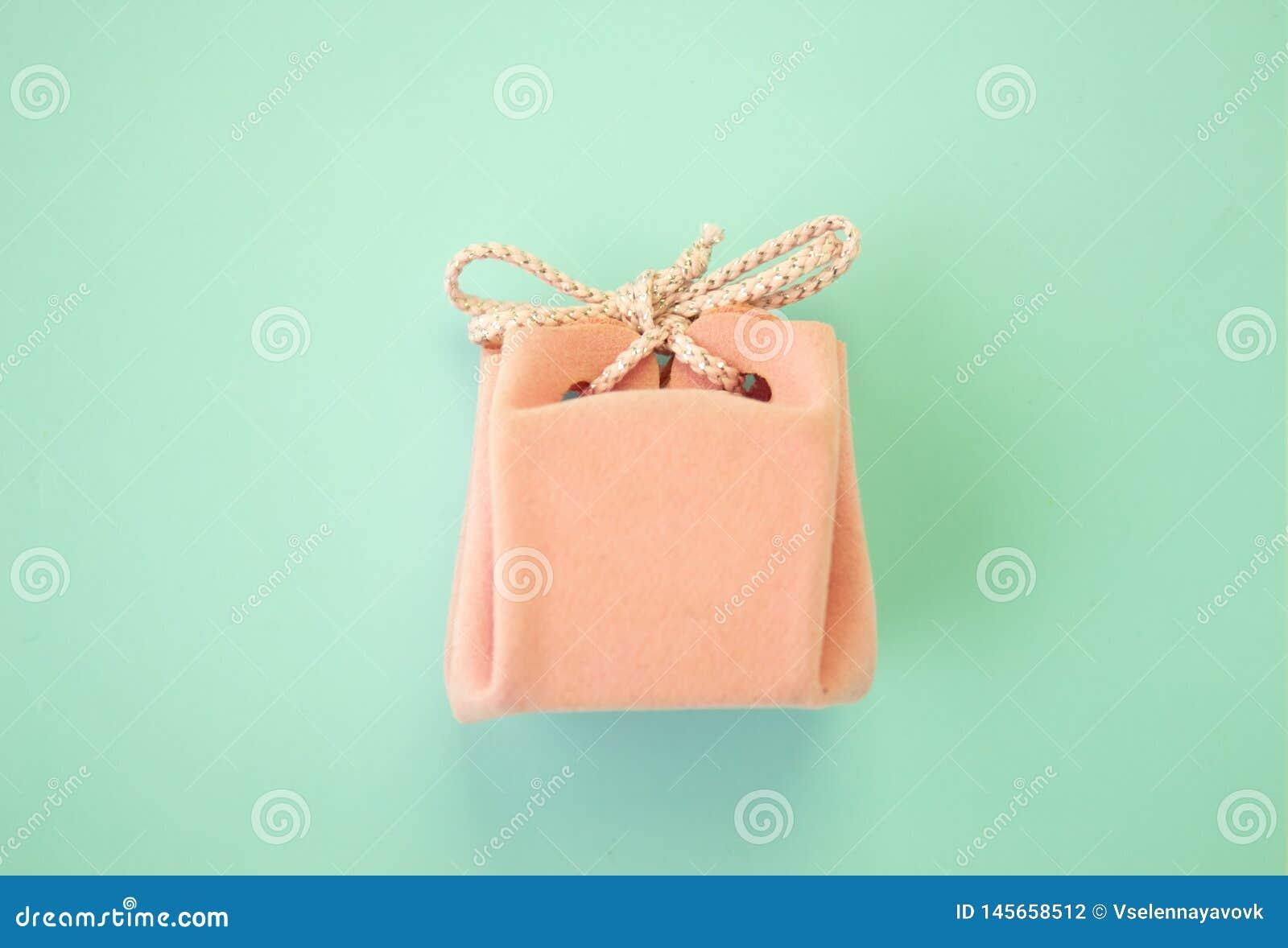 R??owy prezenta pude?ko na b??kitnym tle Kolorowy wakacyjny prezent Odg?rny widok