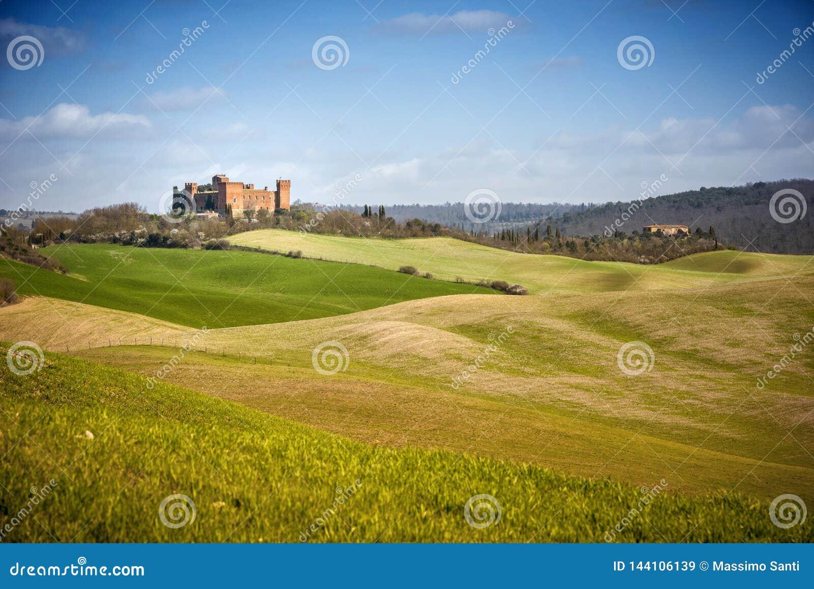 R Paisagem bonita dos montes e dos campos perto de Asciano em Tosc?nia, Siena, It?lia