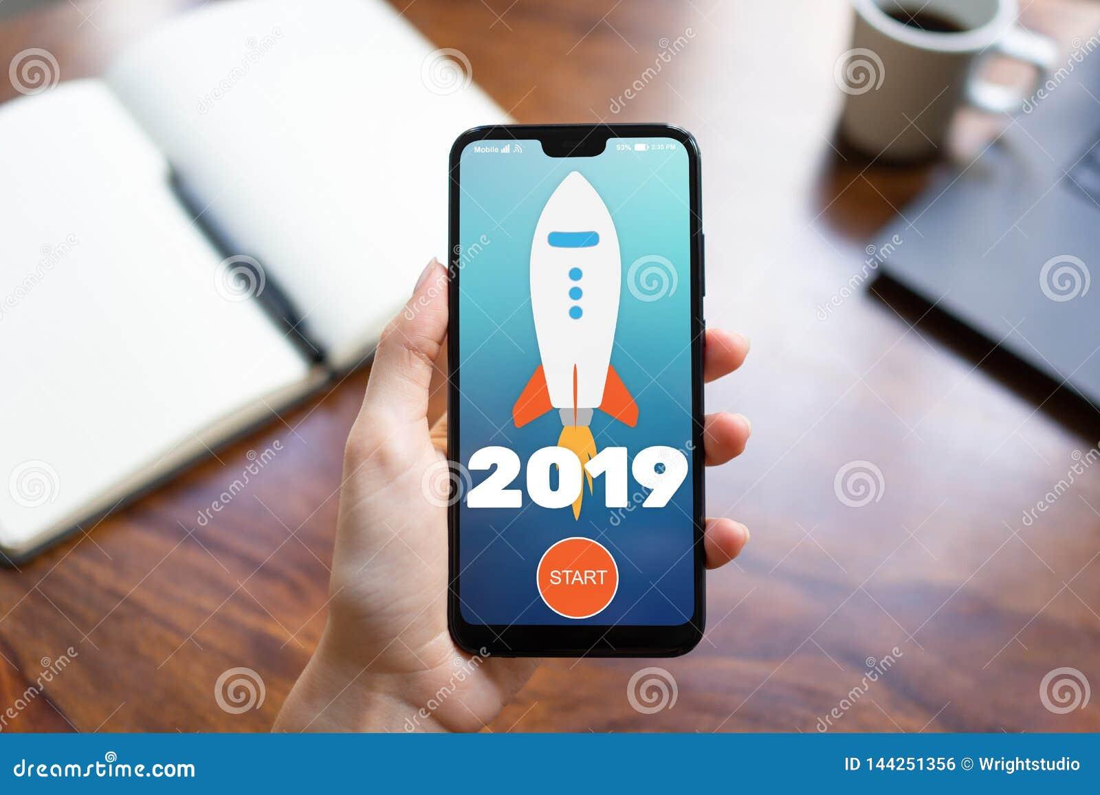 2019 ?r raketstartknapp p? mobiltelefonsk?rmen ?gander?tt f?r home tangent f?r aff?rsid? som guld- ner skyen till