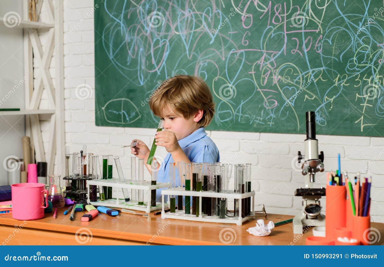 ( r Smart barn som utför kemiprovwunderkinden och