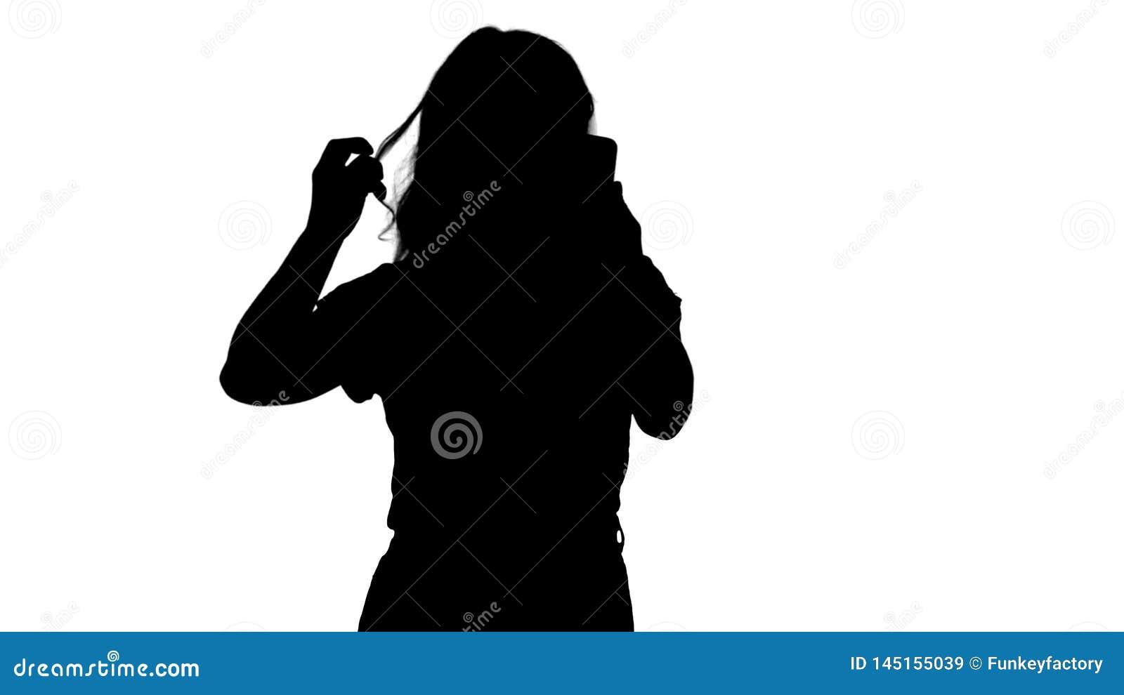 R?tar ut den trevliga unga kvinnan f?r kontur A hennes h?r som ser i mobilen